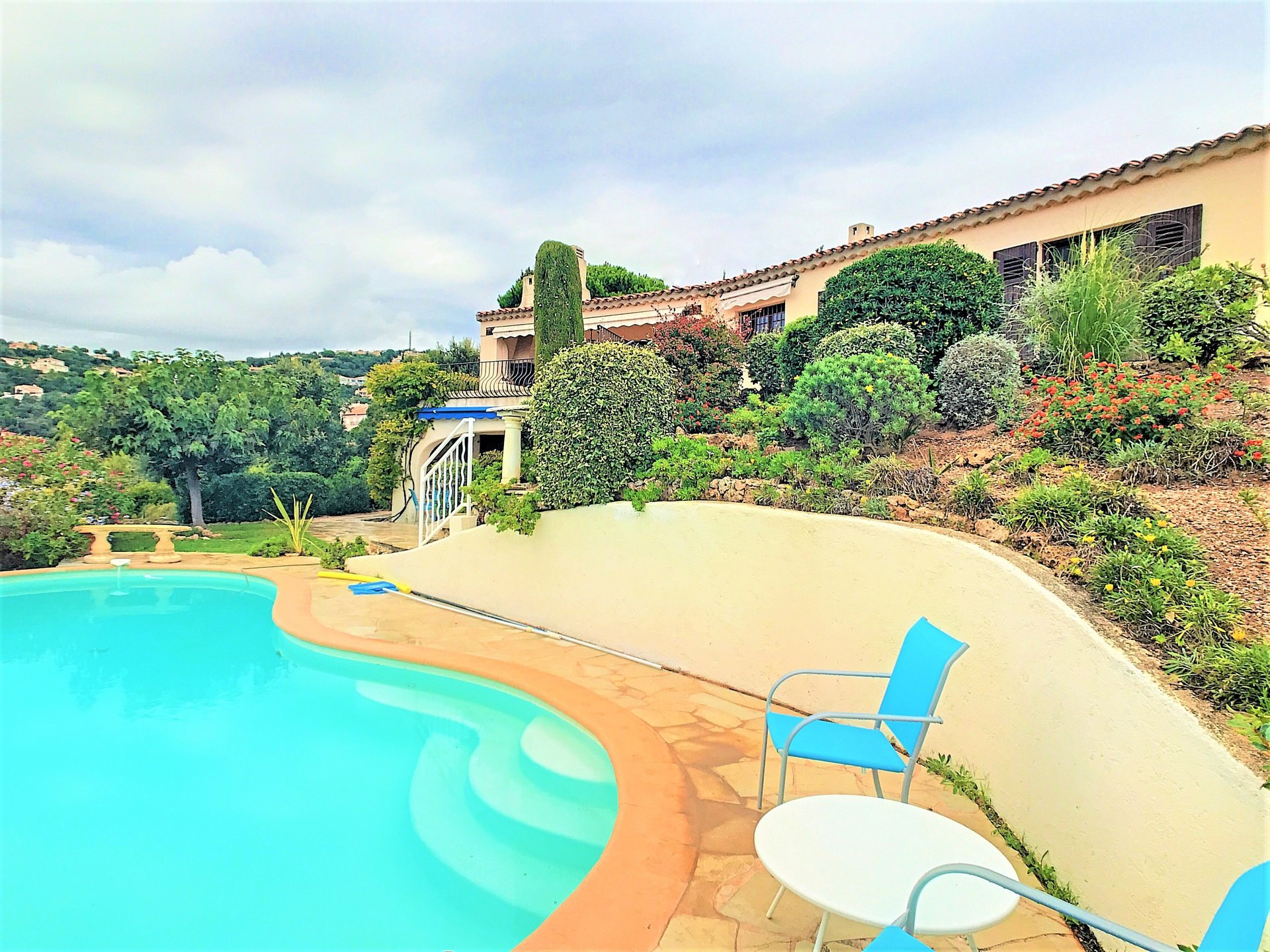 Magical sea view for this charming Provencal villa