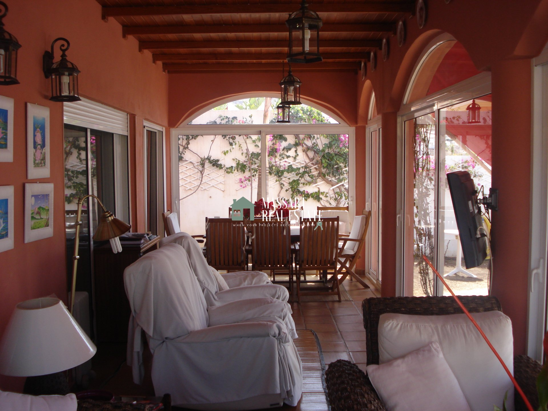 For sale in the urbanization El Madroñal, huge villa that offers all the comforts you need.