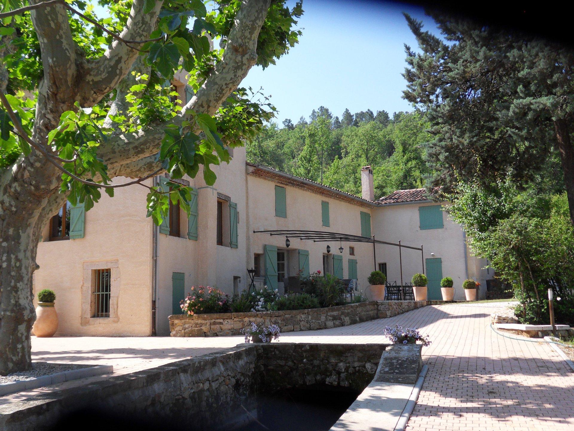 Propriété du 18 ème siècle sur 85 hectares avec étang et source privée!