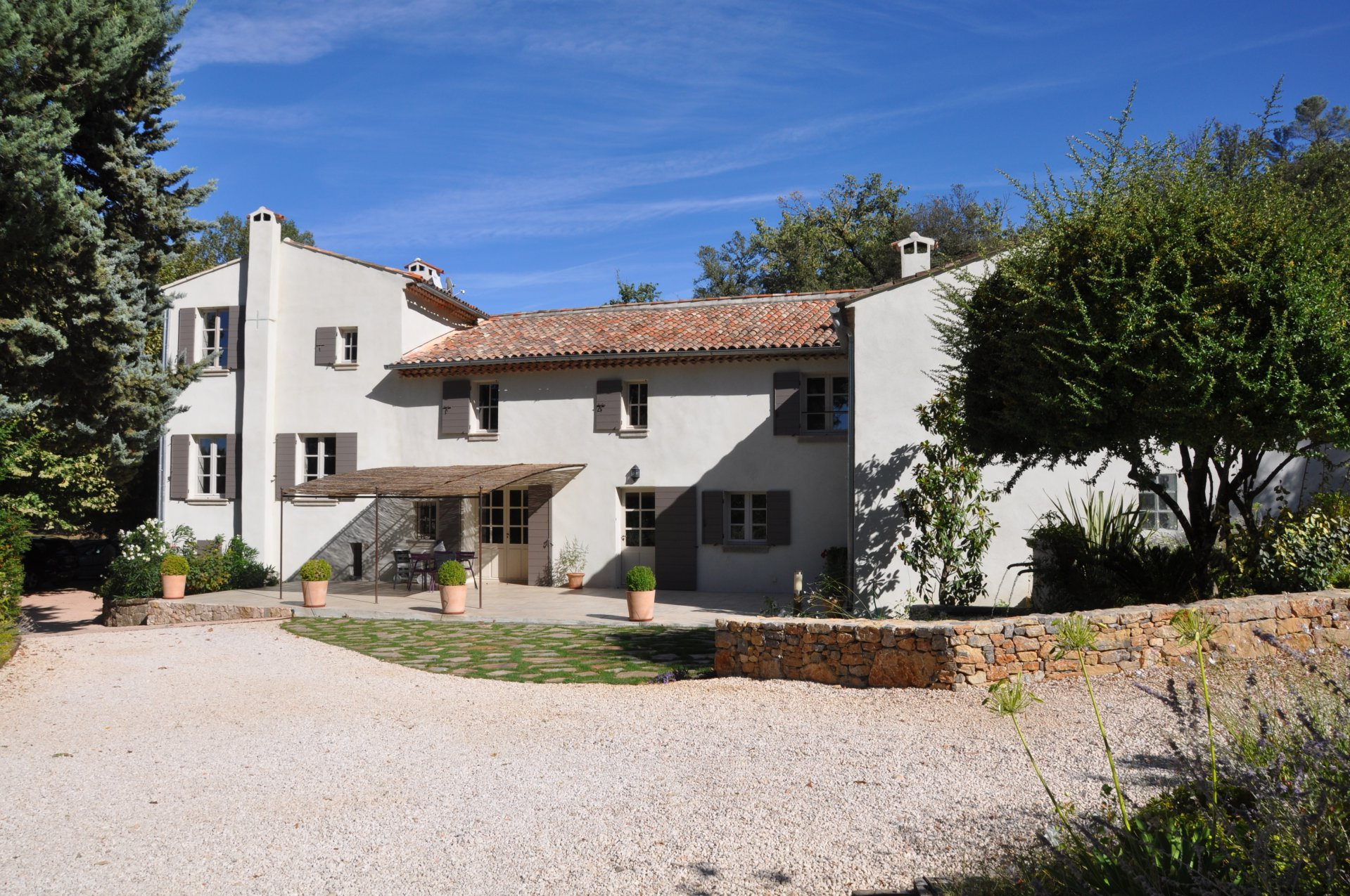 Property of the 18 th century on 85 hectares with private pond and source!