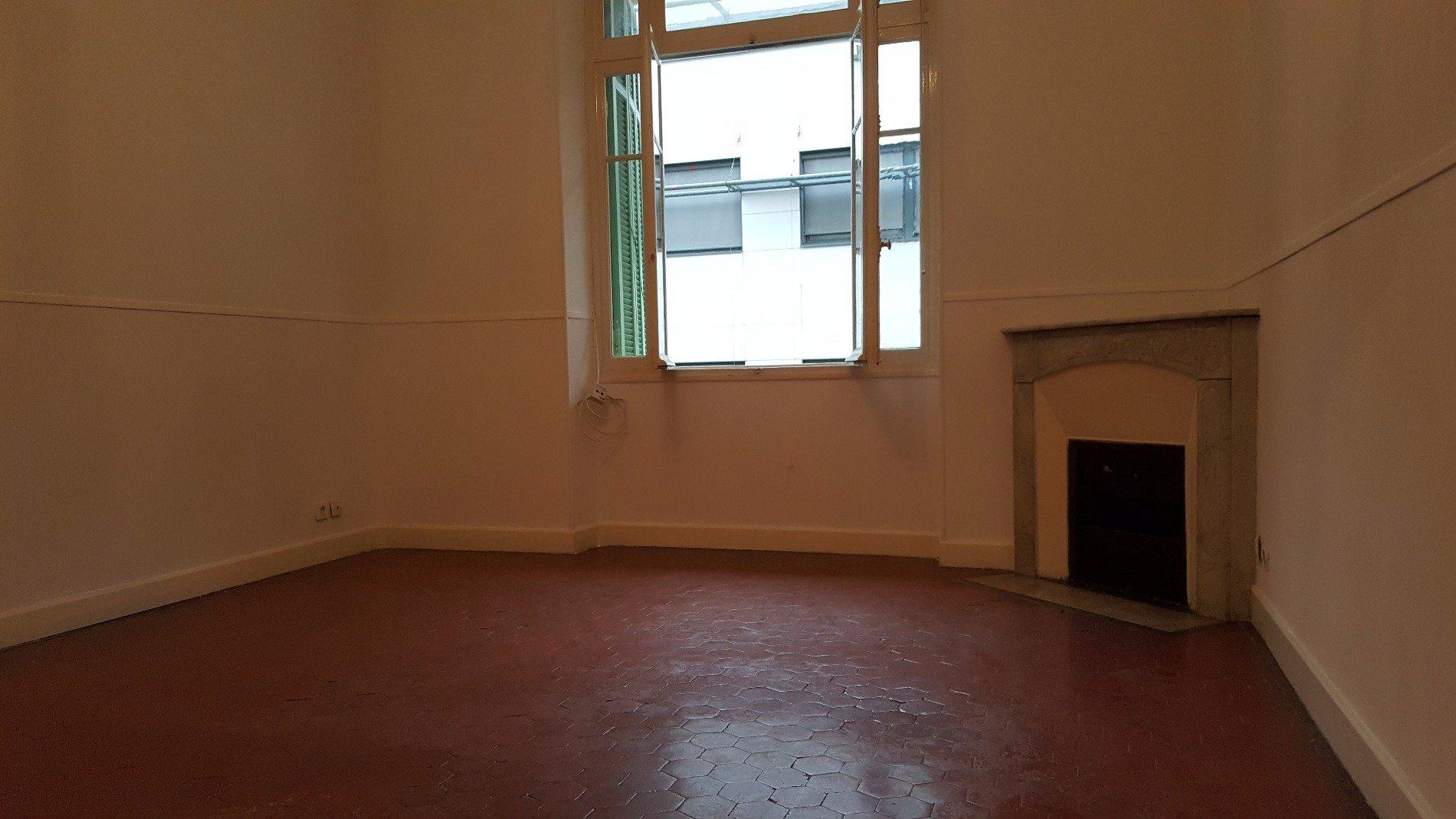 Appartement 3 pièces vide 70 m² MENTON CENTRE