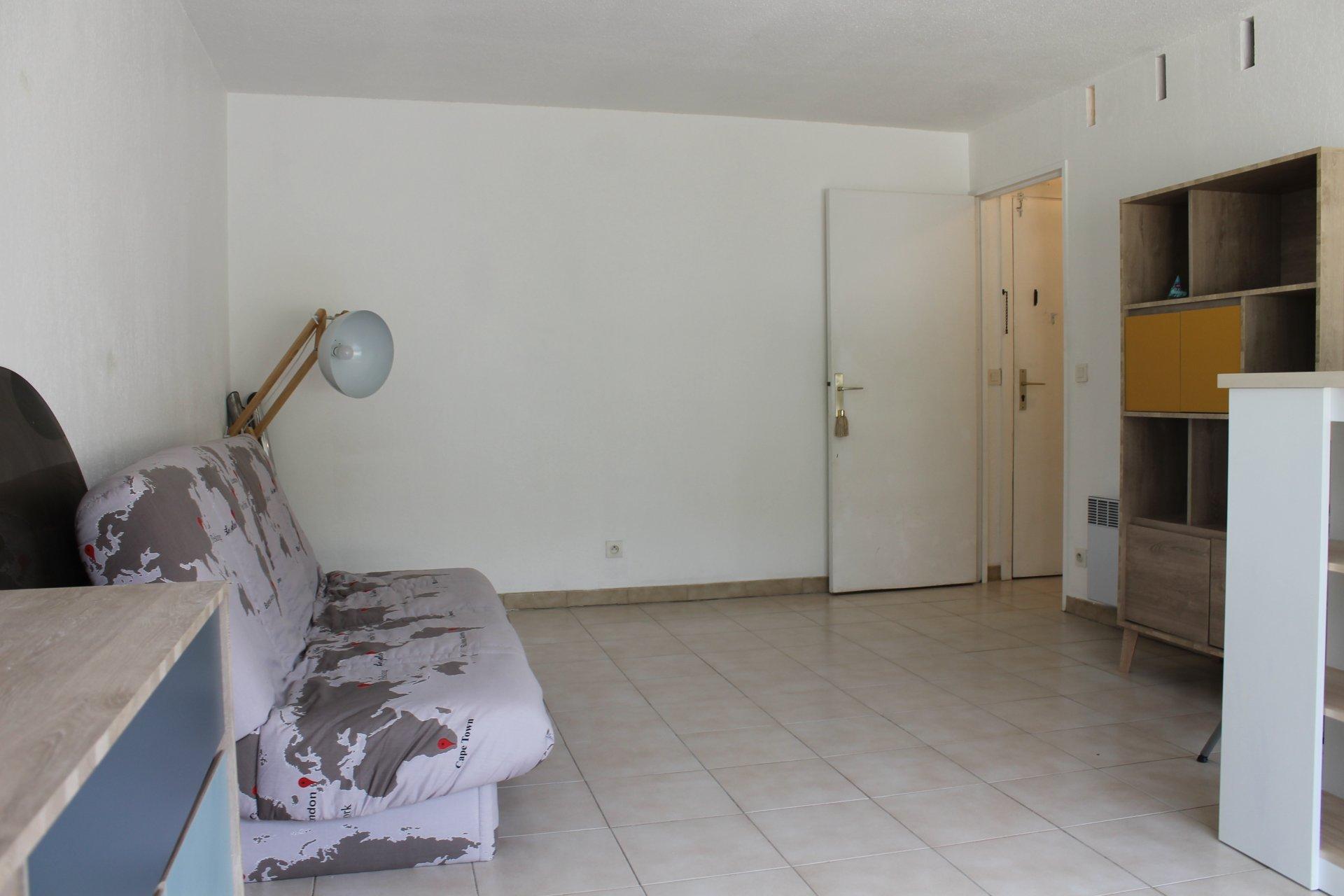 spacieux studio à louer bail meublé dernier étage
