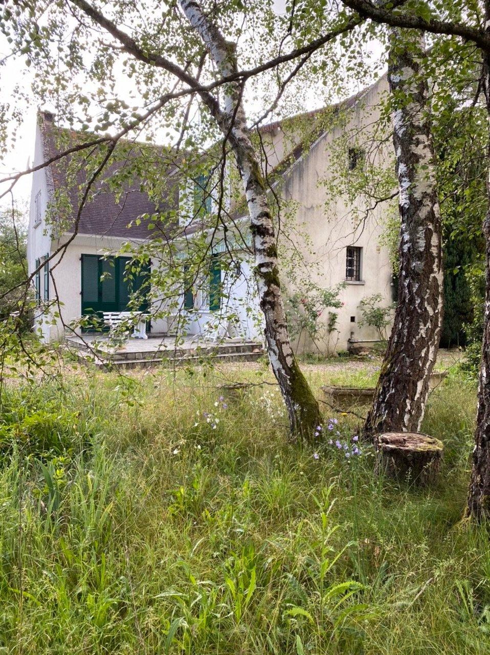 Grand terrain de 3596 m², maison traditionnelle sur sous sol total 4 chambres