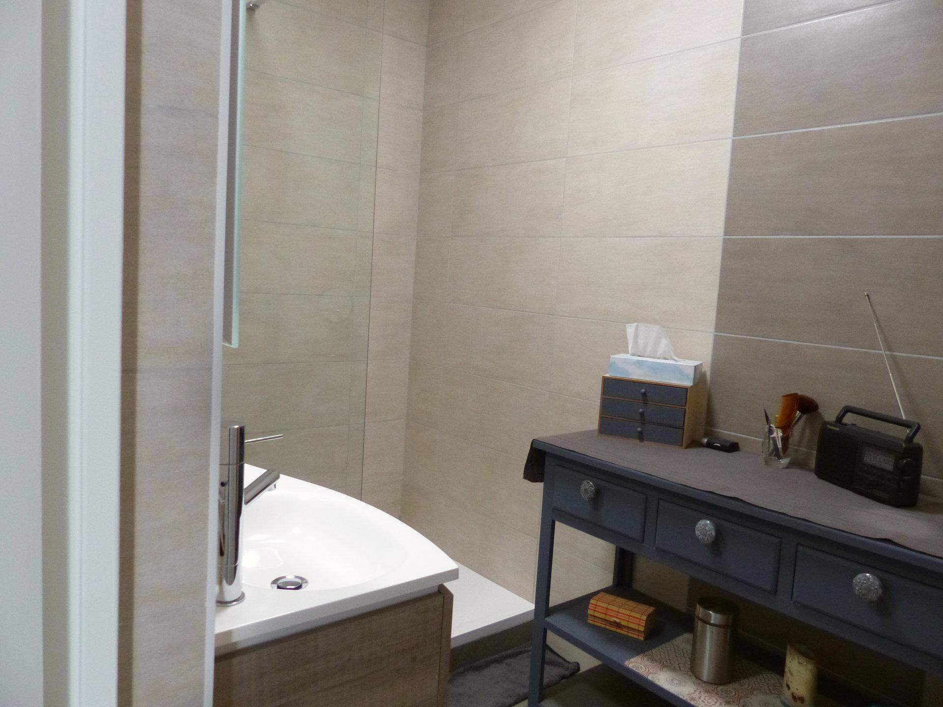 SOUS COMPROMIS DE VENTE A deux pas du centre de charnay et de ses commerces, venez découvrir ce très bel appartement rénové d'une surface de 65 m² avec balcon. Il se compose d'une lumineuse pièce de vie avec cuisine équipée, de deux vastes chambres, d'une salle d'eau avec douche italienne, d'un toilette séparé ainsi que d'un cellier. Une cave, un garage et parking complètent ce bien. Cet appartement a bénéficié d'une rénovation de qualité, vous serez séduit par son charme, ses nombreux rangements et sa luminosité. Copropriété avec ascenseur (charges mensuelles de 200 euros - 48 lots). Honoraires à la charge du vendeur.