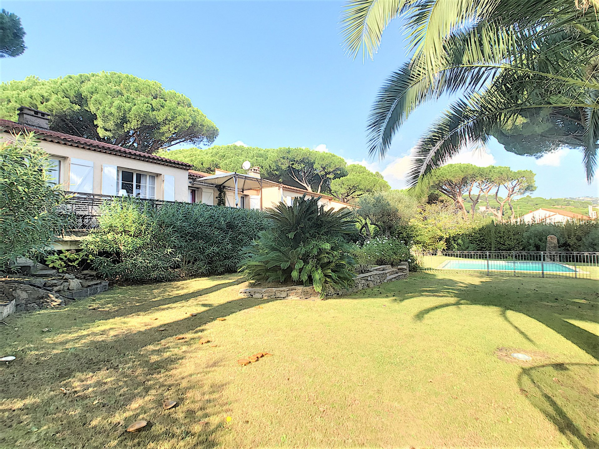 Provencal villa with pool very close to the beach !