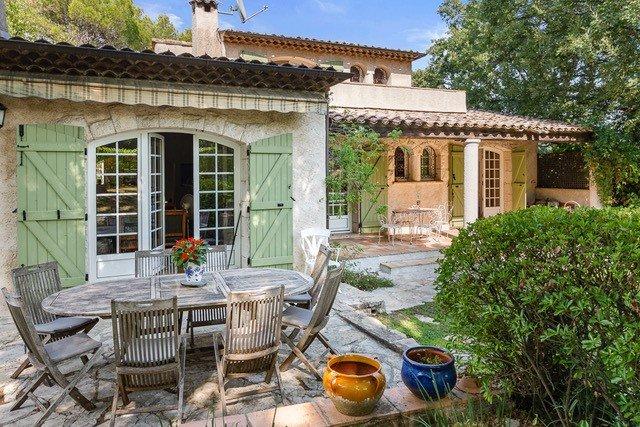 Une charmante villa avec 3/4 bedrooms  à vendre - Mougins