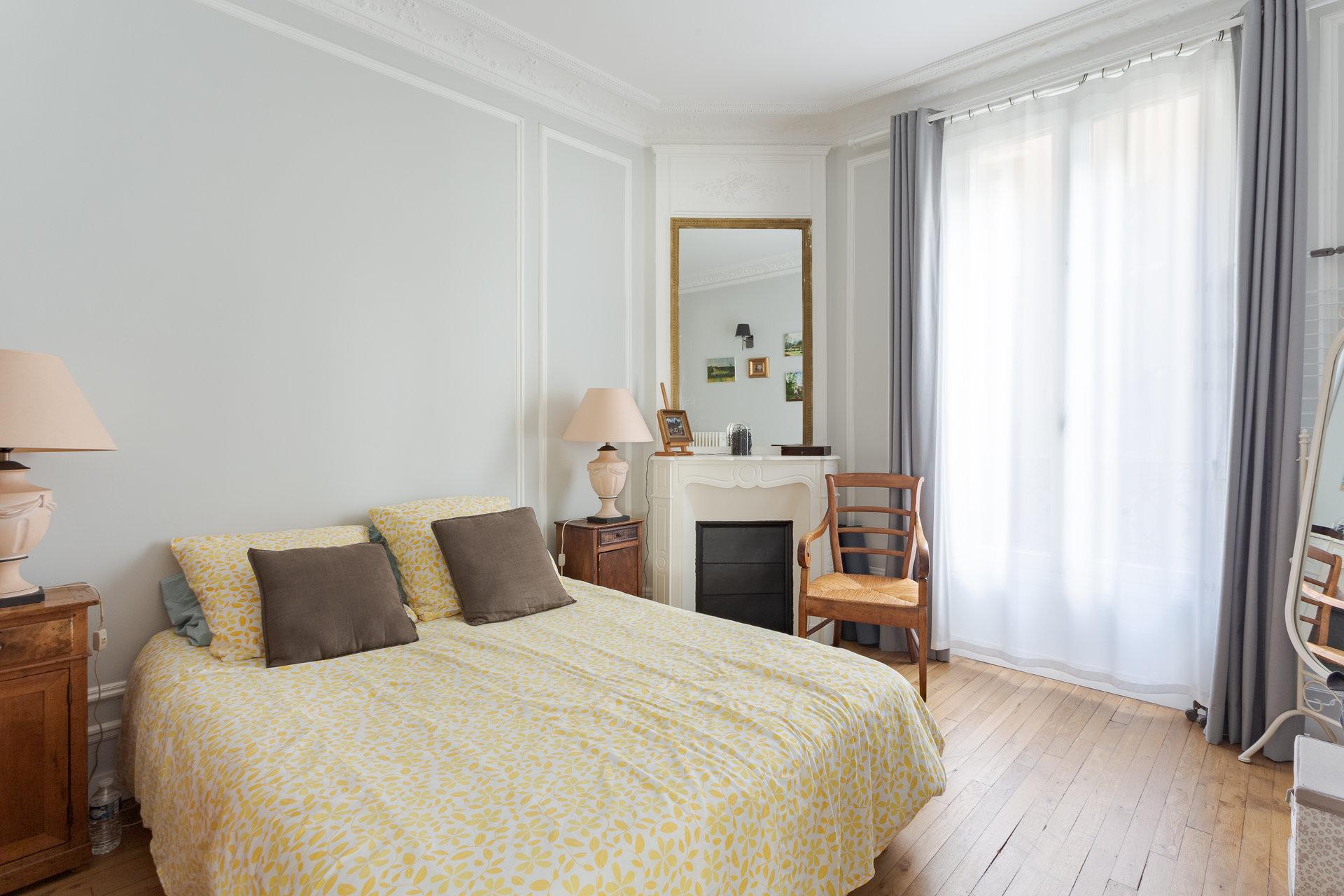 Paris - XVIII ème - HAUT MONTMARTRE PLACE DALIDA - 4 PIÈCES - TRAVERSANT - 2 CHAMBRES - ENSOLEILLÉ - CACHET MANIFESTE (3,20 DE HAUTEUR SOUS PLAFOND) - ADRESSE EXCEPTIONNELLE