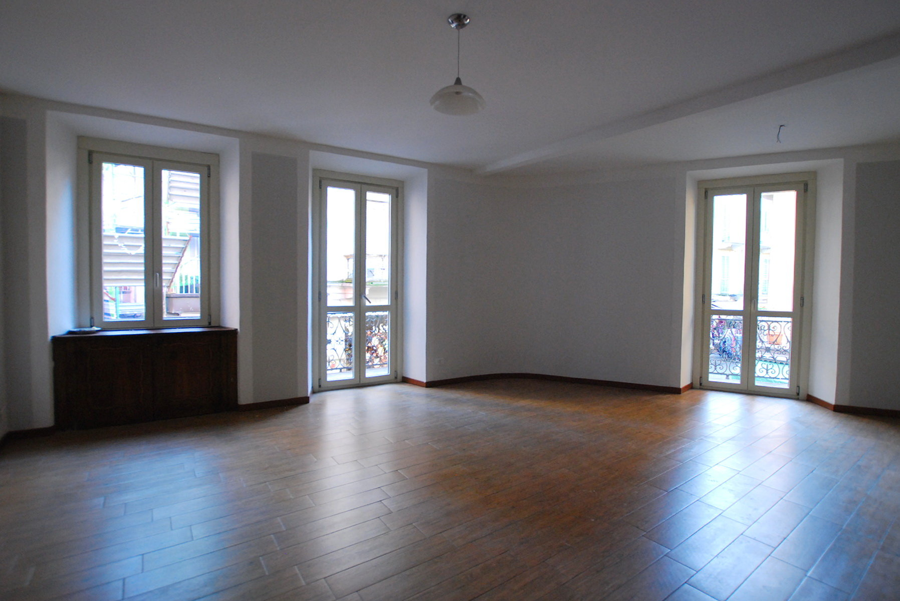 Rent apartment for sale in the centre of Stresa-living room with a view
