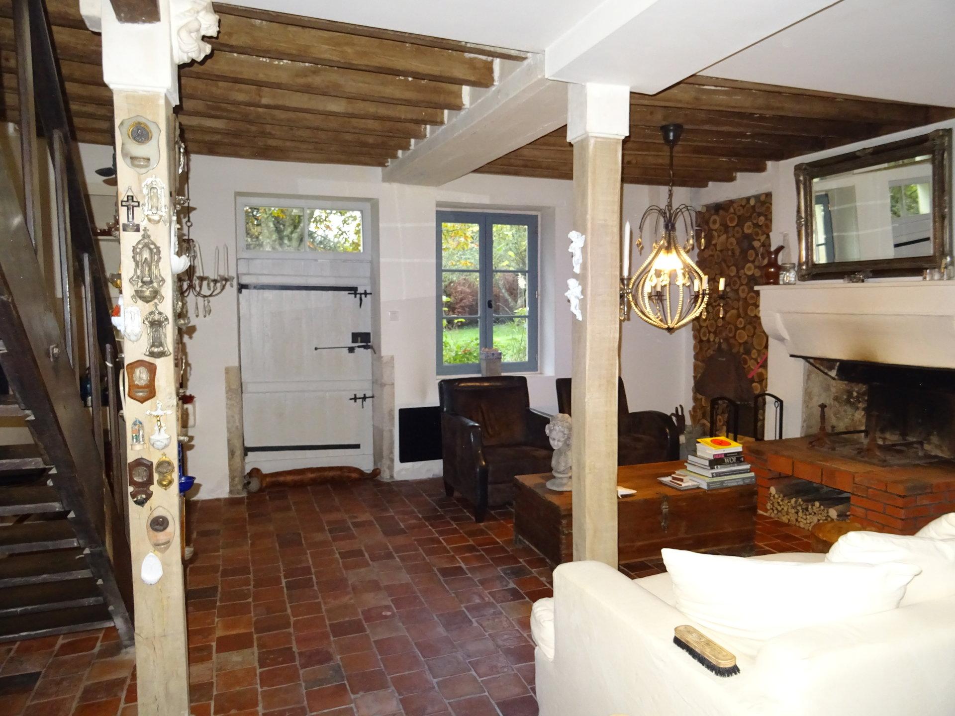 Maison restaurée avec étang