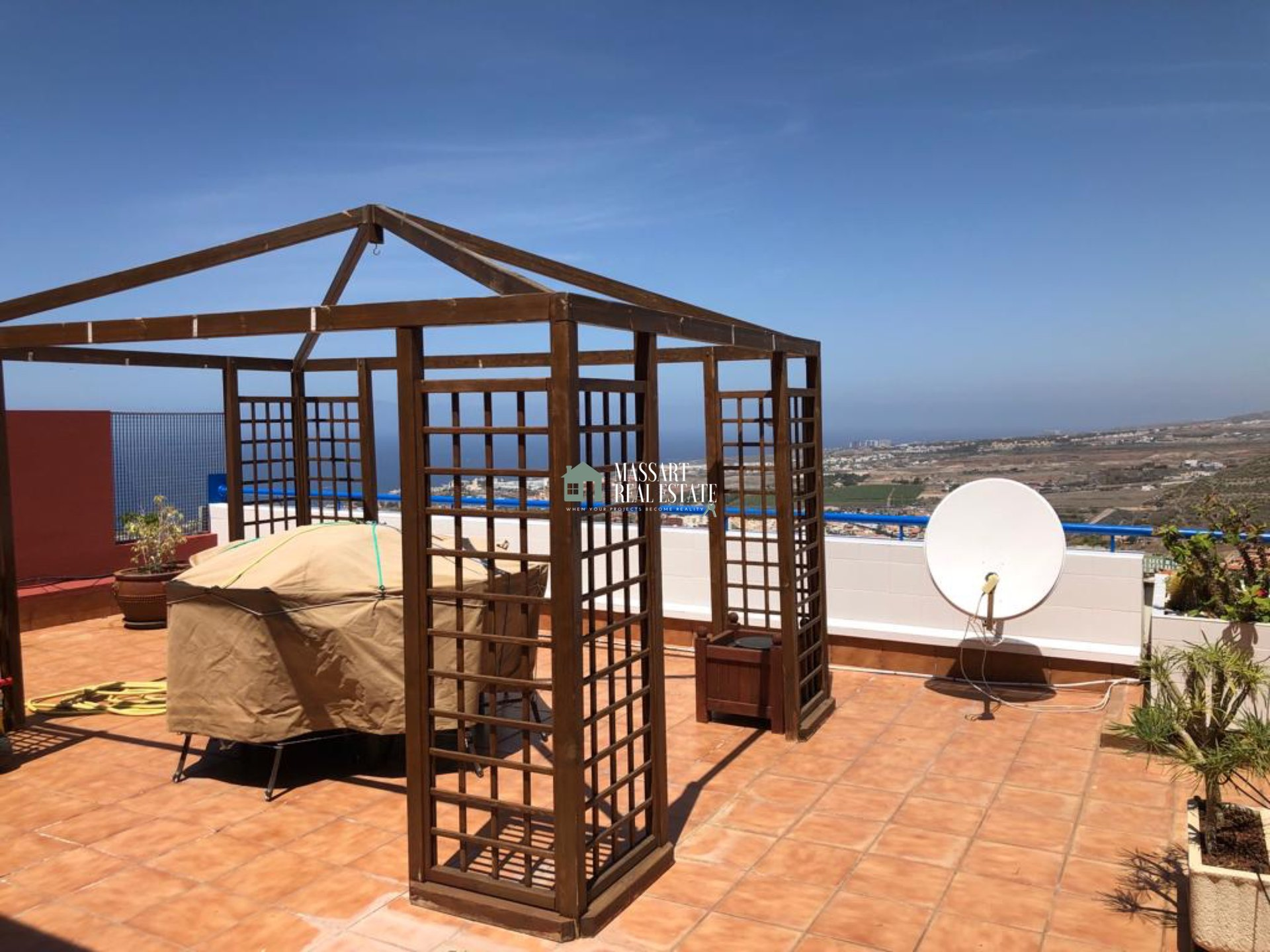 For sale in Torviscas Alto (Adeje), in the well-known residential Roque del Conde, a modern apartment of 75 m2 that offers privileged views.