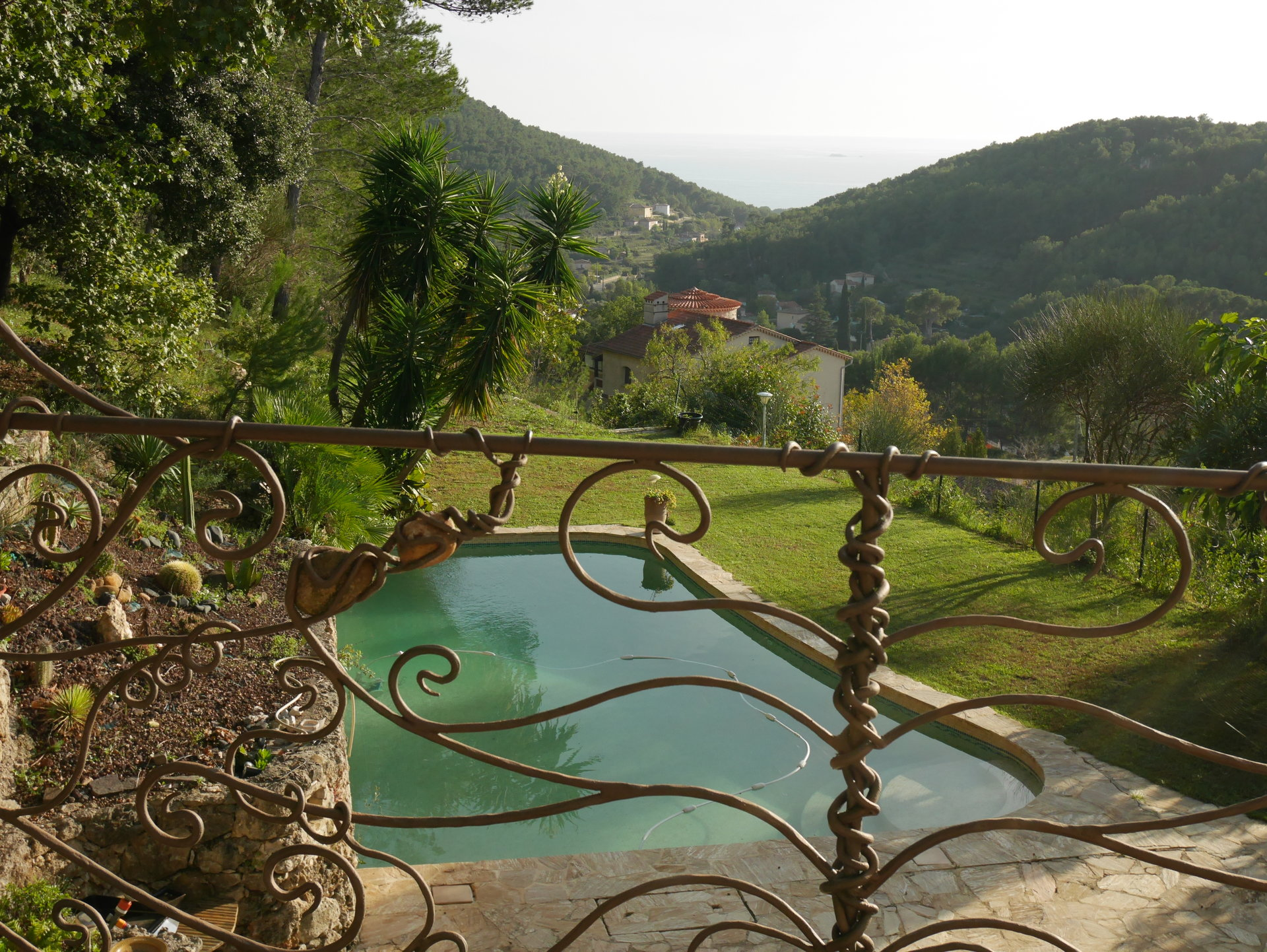 Beautiful villa with a sea and hills view on the heights of Carqueiranne