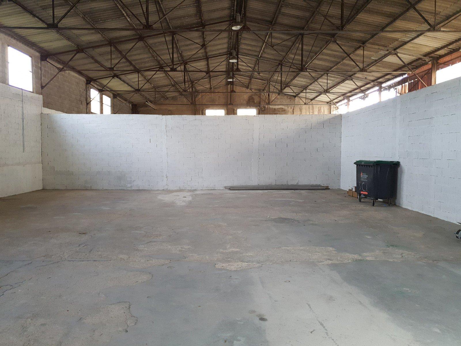 HANGAR 250 m2 A LOUER