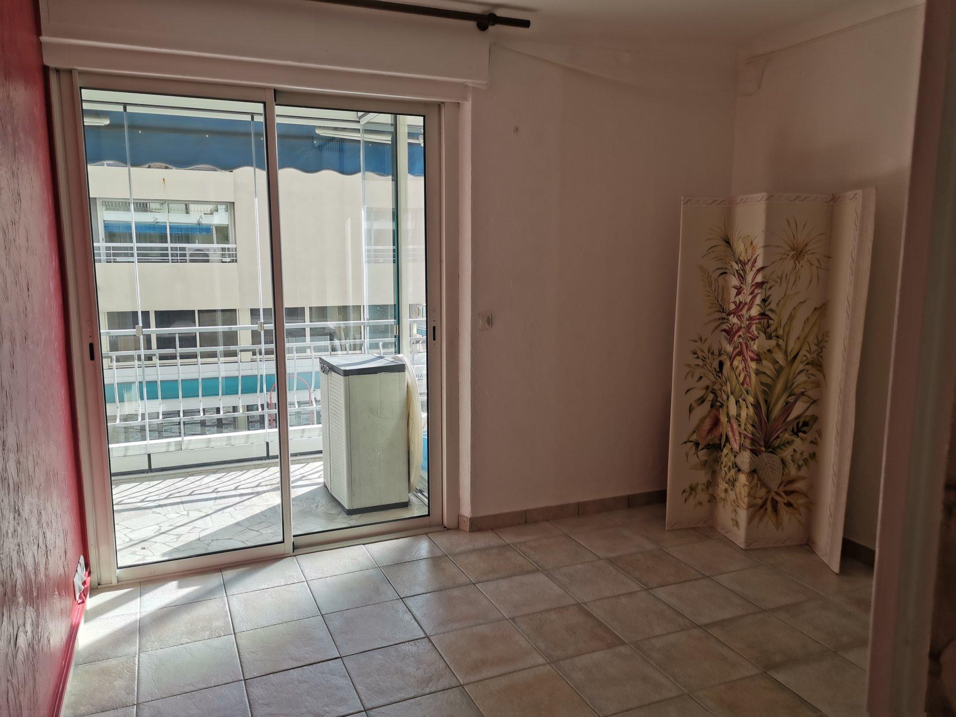 St RAPHAEL, appart lumineux avec chambre et terrasse en plein centre ville