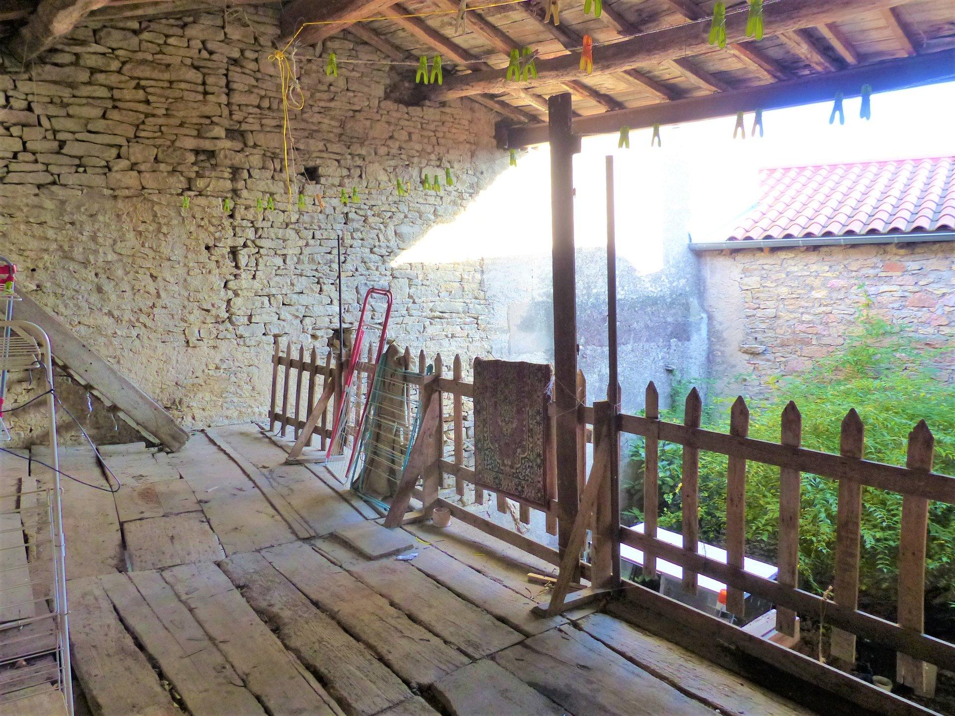 A 10 mn de Mâcon, bien placée dans le village de Sennecé, maison de charme à rénover.  Elle dispose de nombreuses caves en rez de chaussée (avec accès indépendant), puis d'une partie habitable au premier étage composée d'un salon avec cheminée et pierres apparentes, d'une cuisine, de trois chambres et d'une salle de bains.  Travaux à prévoir mais très beau potentiel d'aménagement !  Le plus : une cour intérieure à aménager pour donner encore plus de charme à cette habitation.  Si vous souhaitez un bien avec du cachet et que vous n'avez pas peur des travaux, cette maison n'attend plus que vous ! Honoraires à la charge du vendeur.