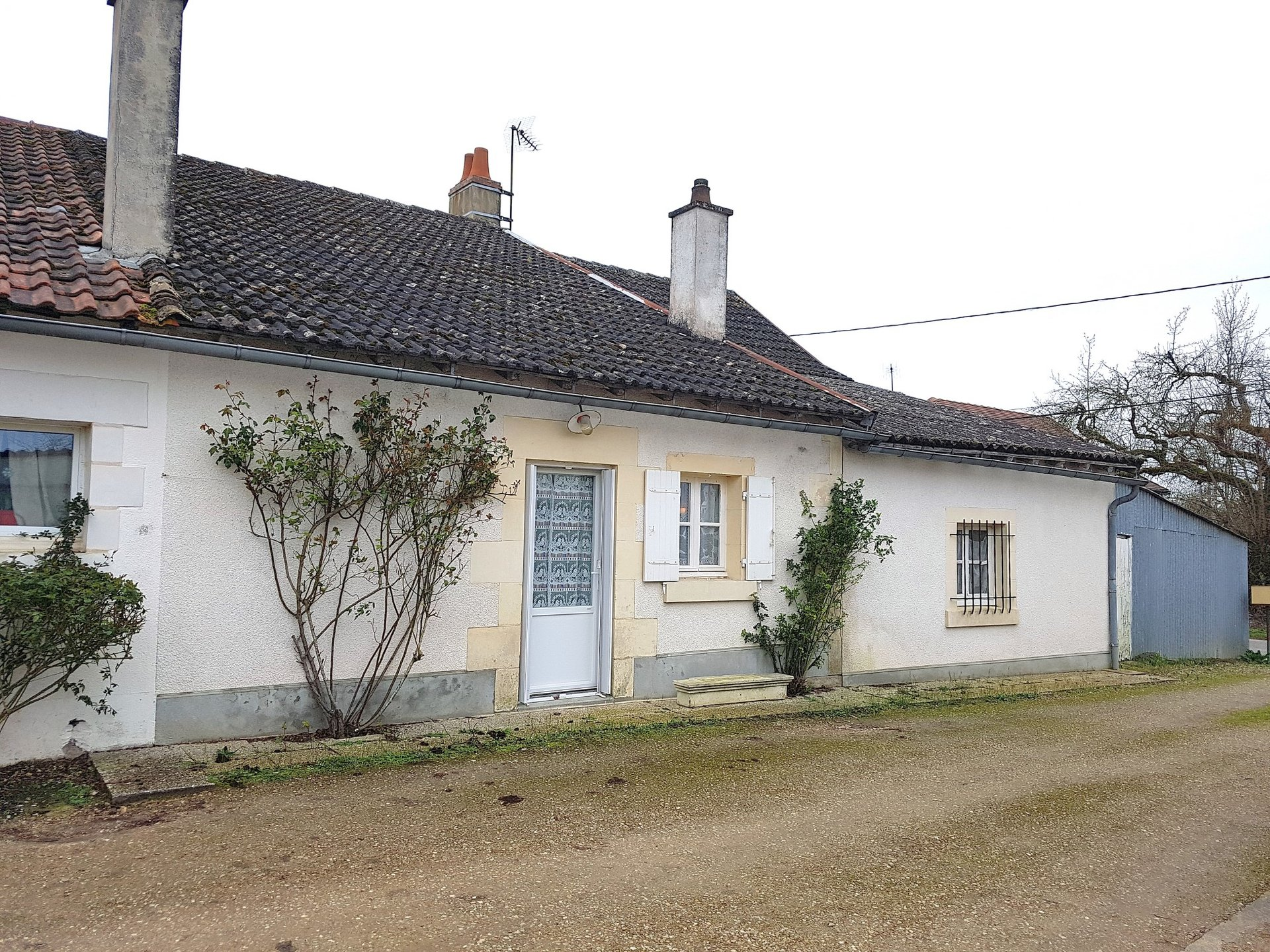 Near Chauvigny, Vienne 86: cottage with garage and garden