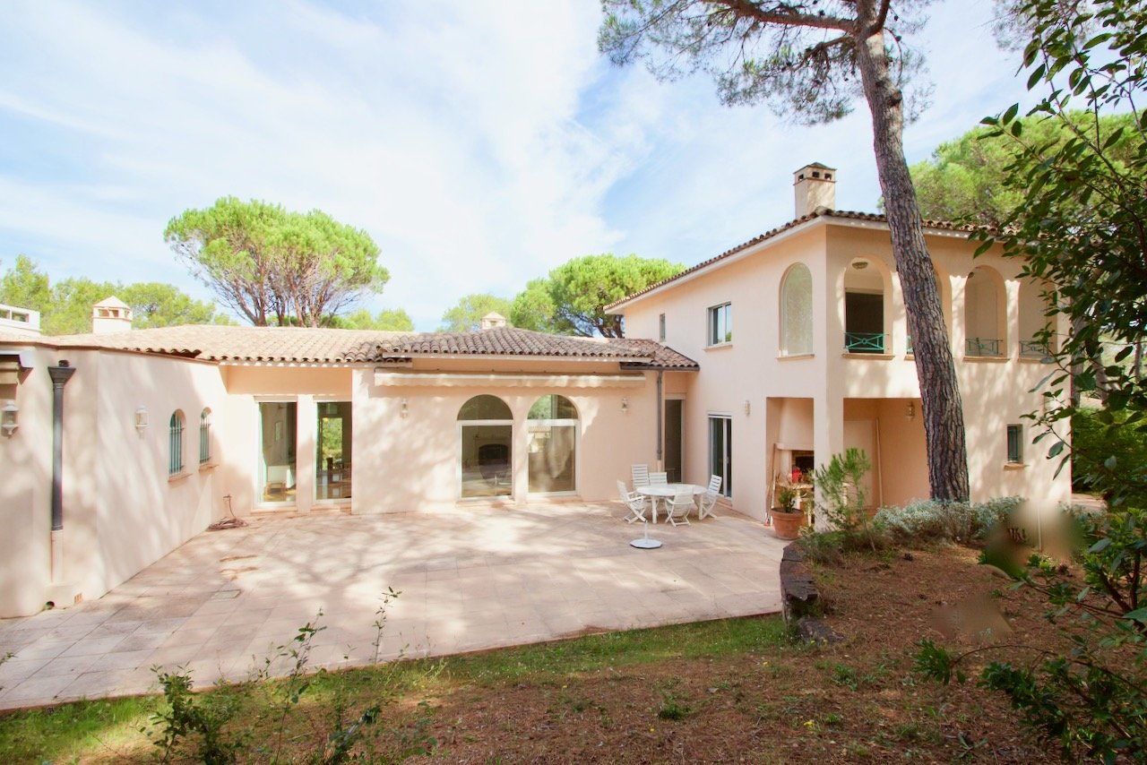 Large villa + 325 m2 in the luxury Parc de Saint Raphaël, Domaine de la Tour