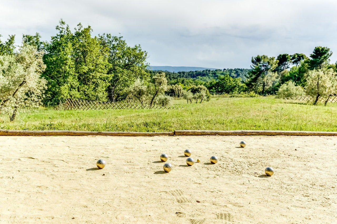 Roussillon au calme, centre du village à pied, immense villa de 2010 de plus de 500m2 face aux Ocres,