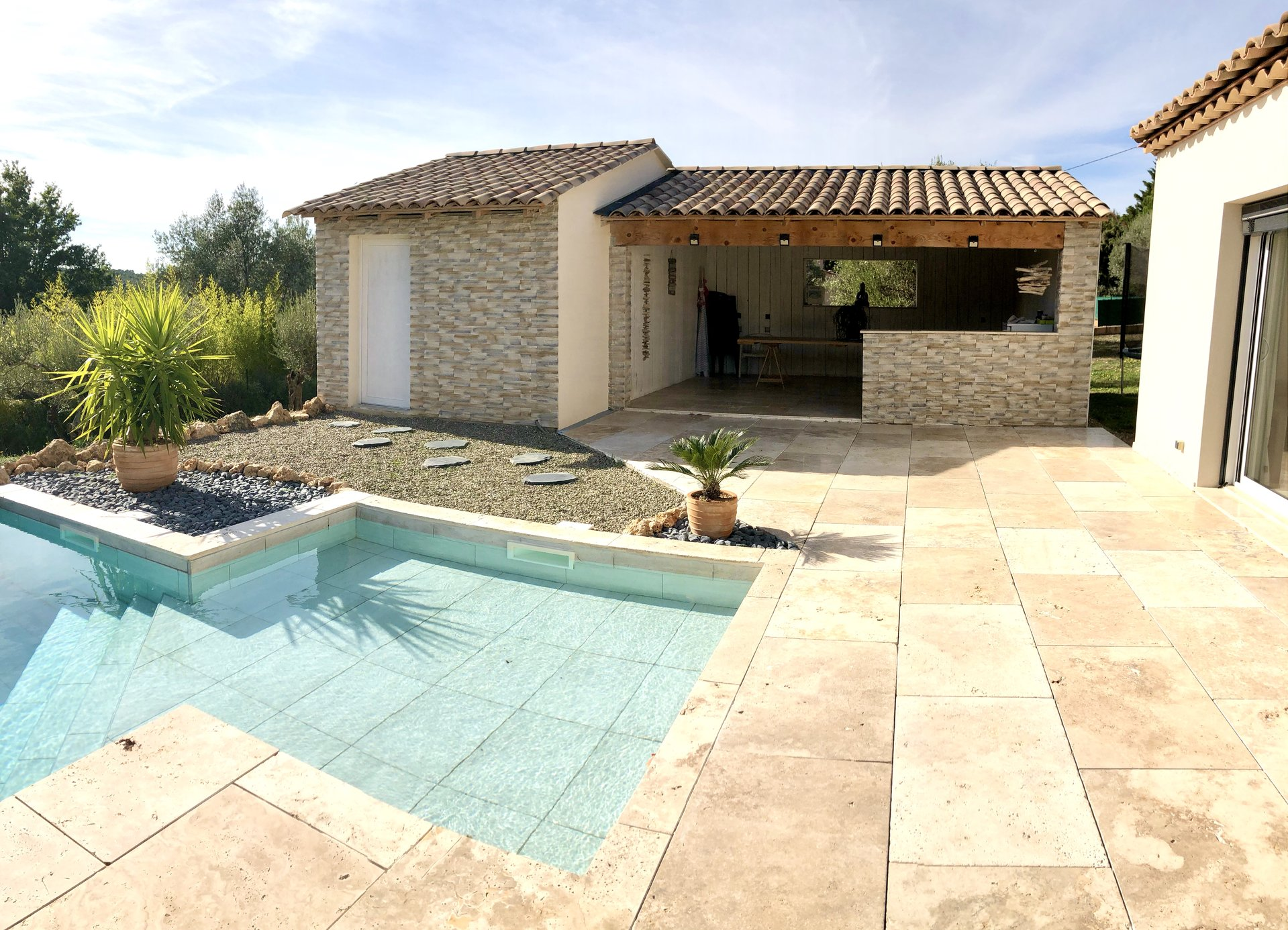Great modern house in Moissac Bellevue with it's swimming pool on a fenced land of 2747m²