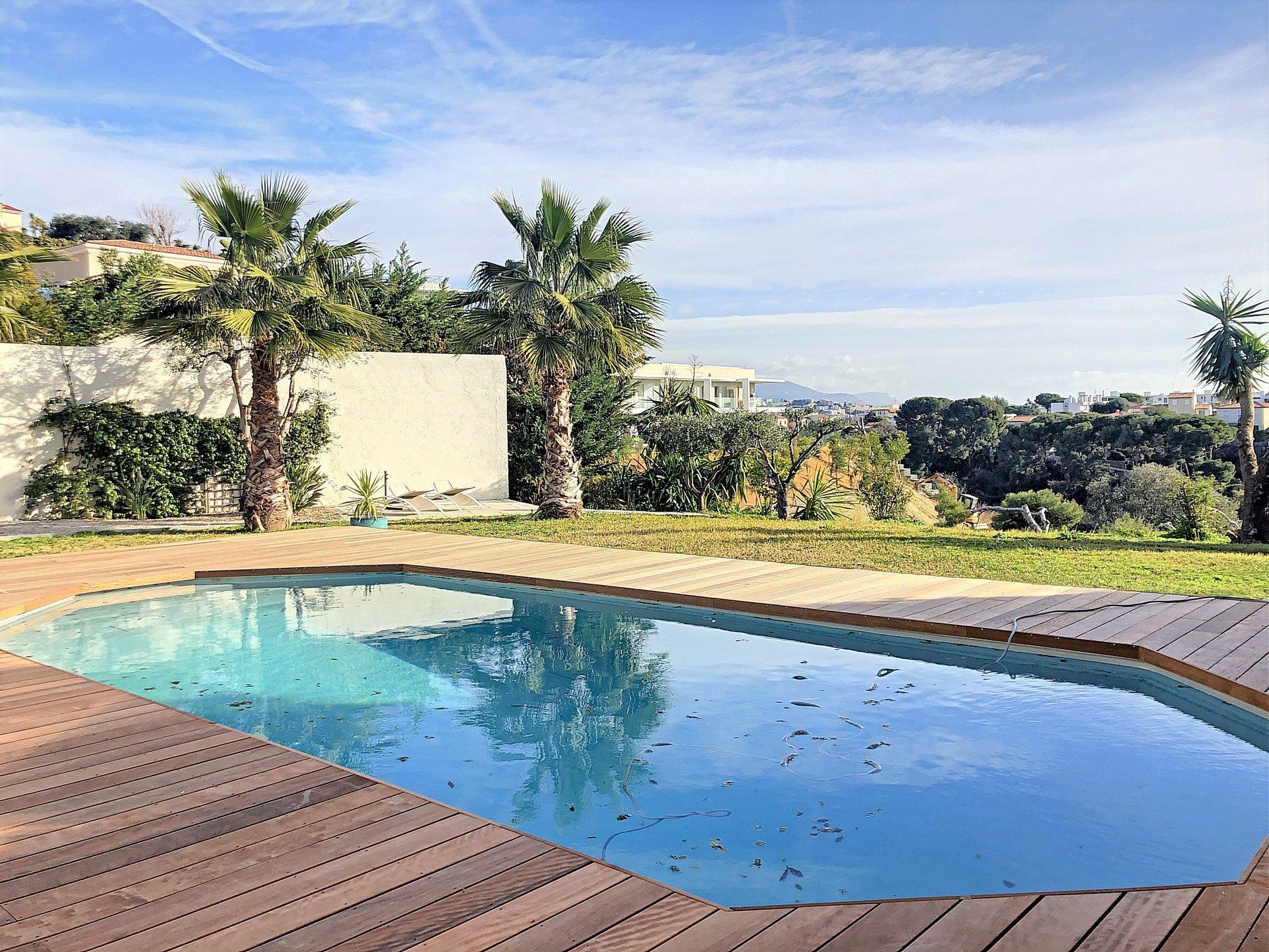 St Laurent du Var ( 06700 ) - Plateaux fleuris - Villa avec piscine de 174m²