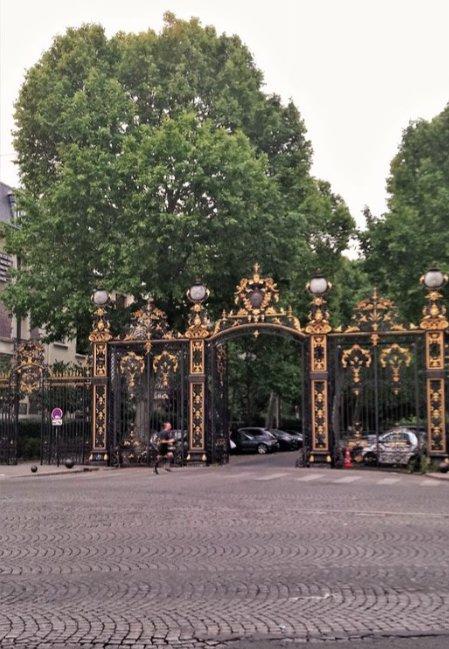 Paris - XVII ème - ARC DE TRIOMPHE - M° TERNE - STUDIO - BALCON - VUE CIEL ET JARDIN - CALME