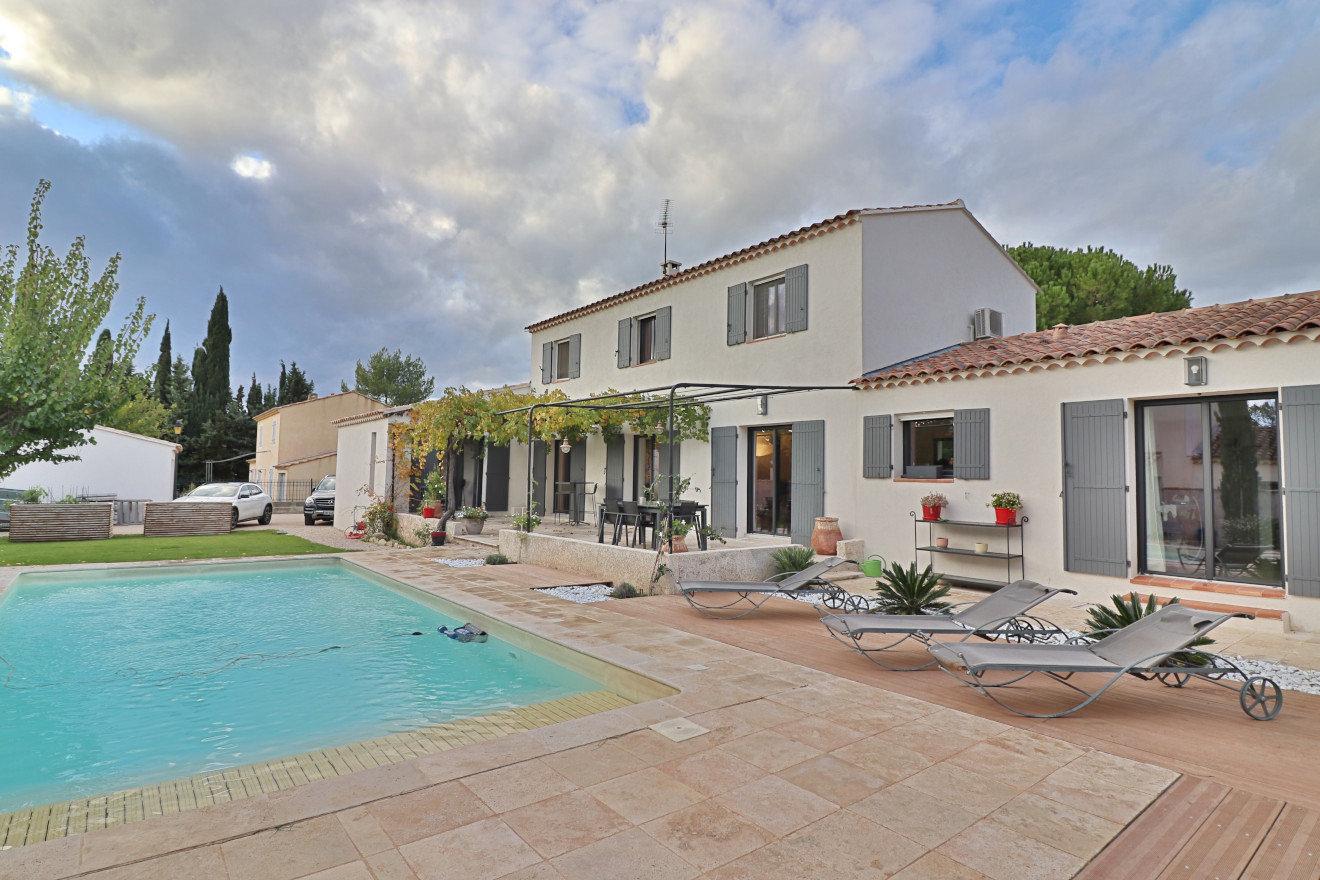 Au coeur du village de Maussane les Alpilles, jolie VILLA d'environ 200 m², 4 chambres, piscine, garage, jardin.