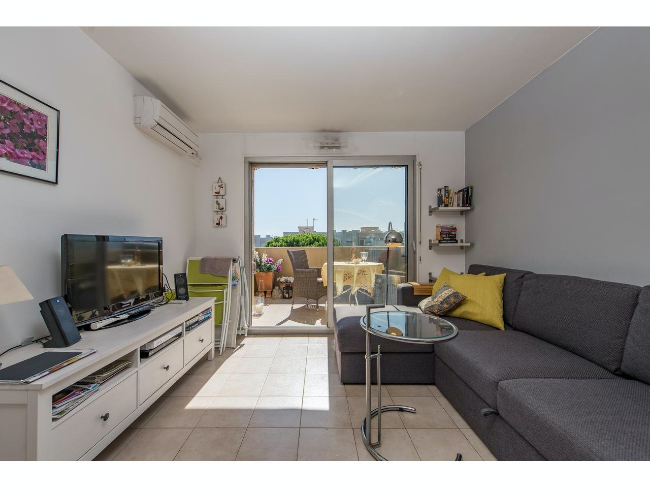 Small 2 room apartment with terrace with partly sea views