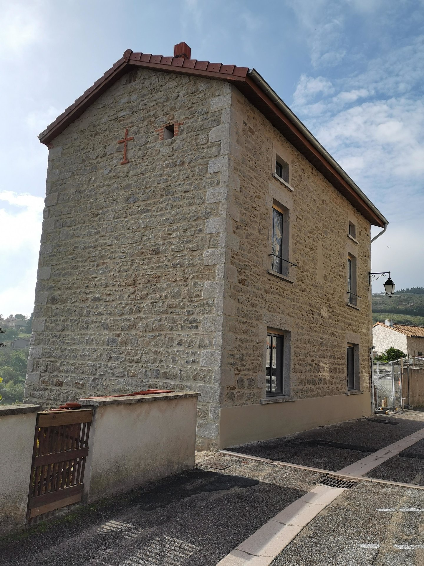 Cellieu, maison de village en plateau