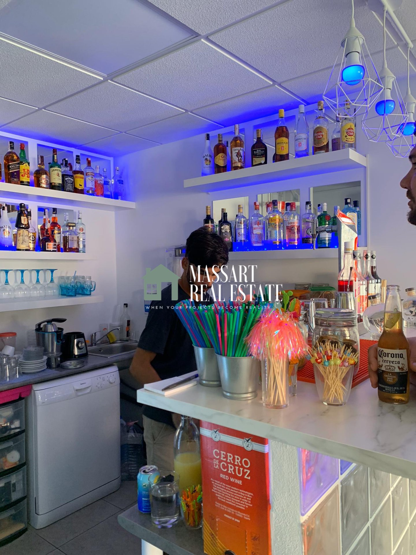 It is transferred in Costa Adeje, in the Shopping Center Fañabé, a 94 m2 store currently operated as a cocktail bar and shisha.