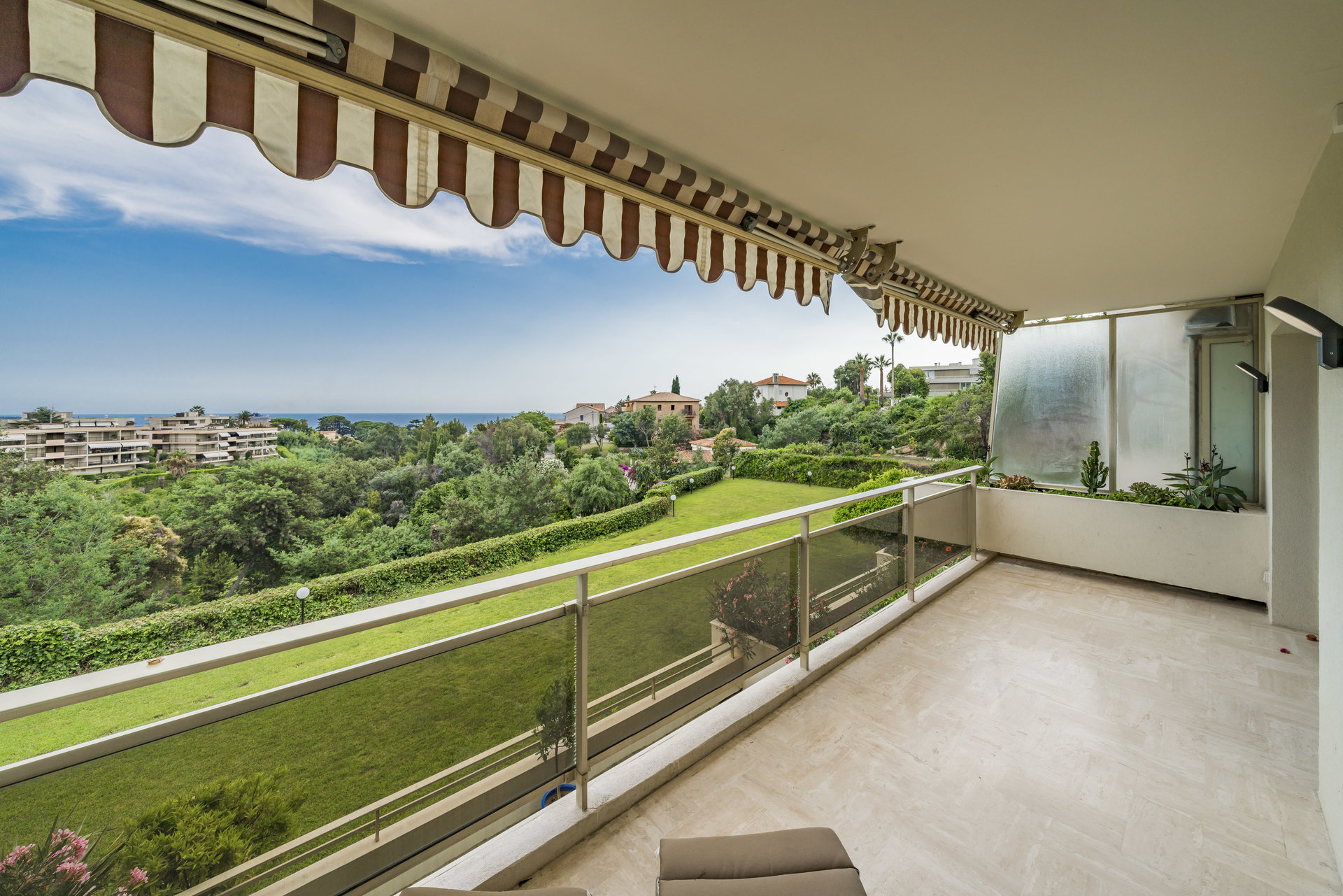 stunning 3 bedrroms apartment with sea view