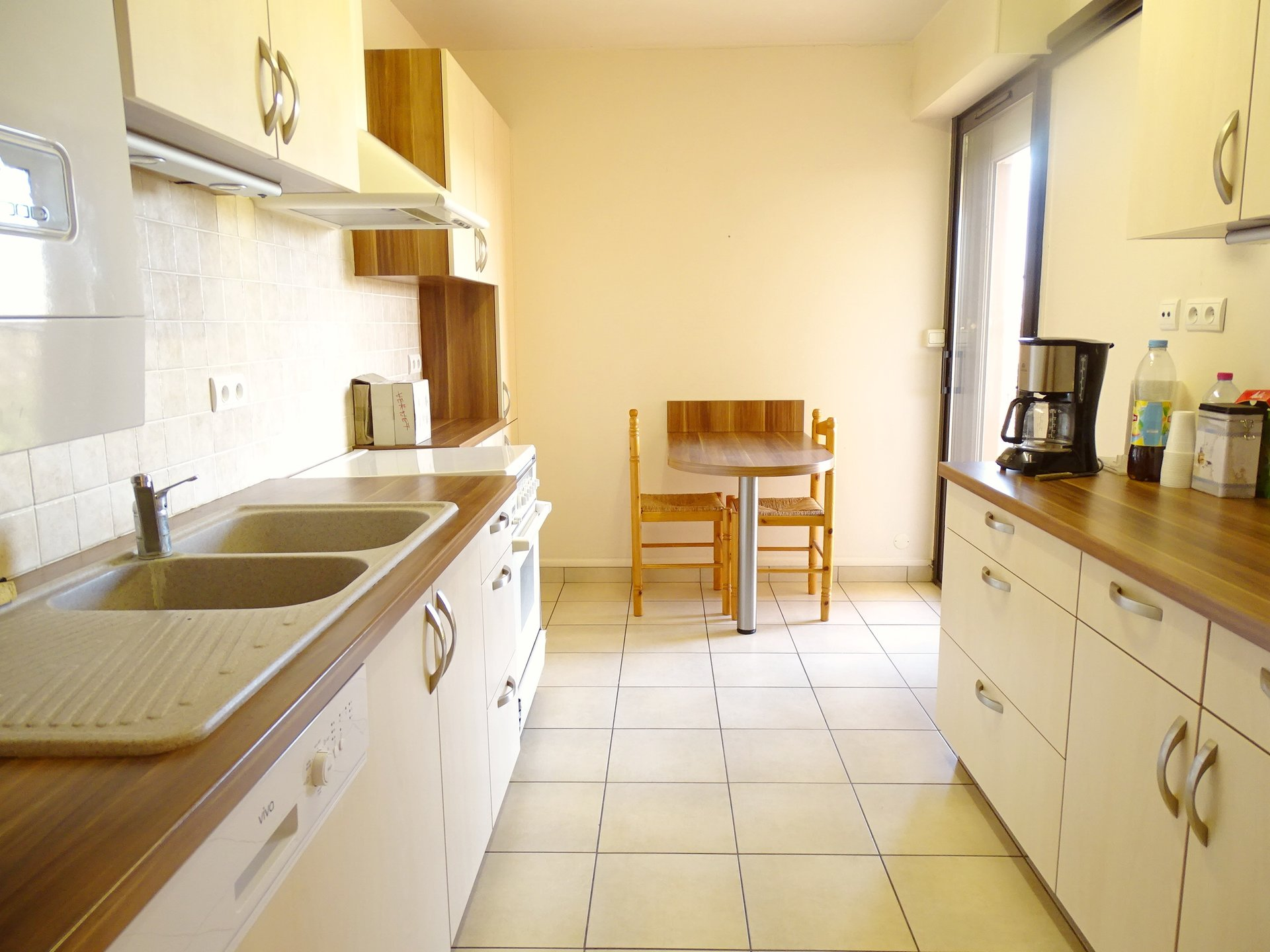 Dans une résidence recherchée en plein c?ur de Flacé et à 5 mn du centre ville de Mâcon, appartement au dernier étage (avec ascenseur) disposant d'une très belle terrasse.  Il se compose d'une entrée desservant une cuisine récente et équipée, d'un séjour lumineux, d'une buanderie, d'une salle de douche, d'un wc indépendant et de deux chambres.  Le plus : une superbe terrasse de plus de 30 m² avec vue dégagée.  L'appartement est en bon état mais nécessite quelque travaux de rafraichissement. Il est vendu avec place de parking et cave individuelle de 12 m². Belle copropriété parfaitement entretenue avec parking, espaces verts et piscine pour les résidents ! Produit rare et recherché, à visiter sans tarder ! Bien soumis au régime de la copropriété - charges de 1400 ?/AN comprenant l'entretien des communs, ascenseur, espaces verts, piscine ..  Honoraires à charge vendeurs