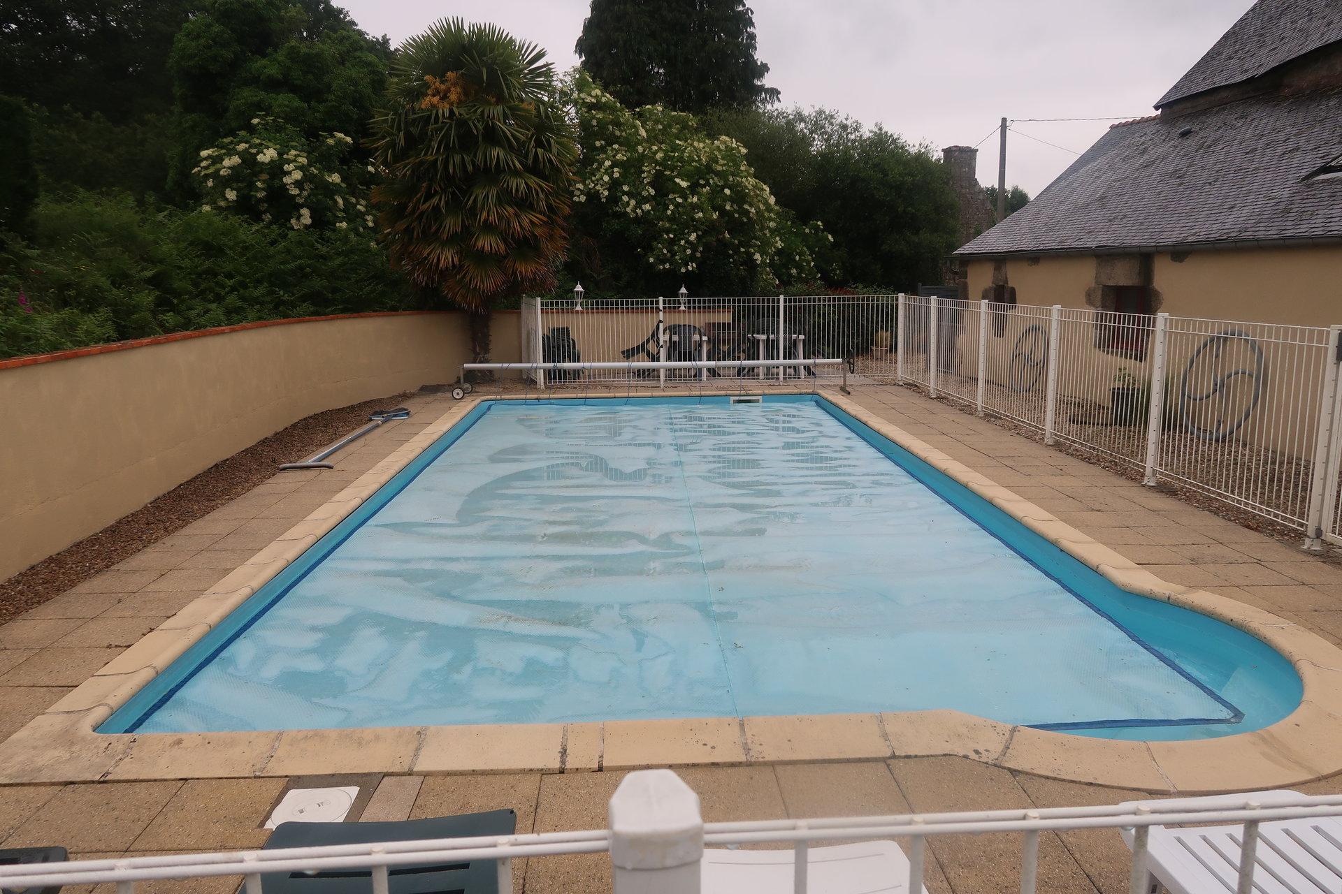 MELRAND maison de campagnes 10 pièces avec piscine chauffée et dépendances.