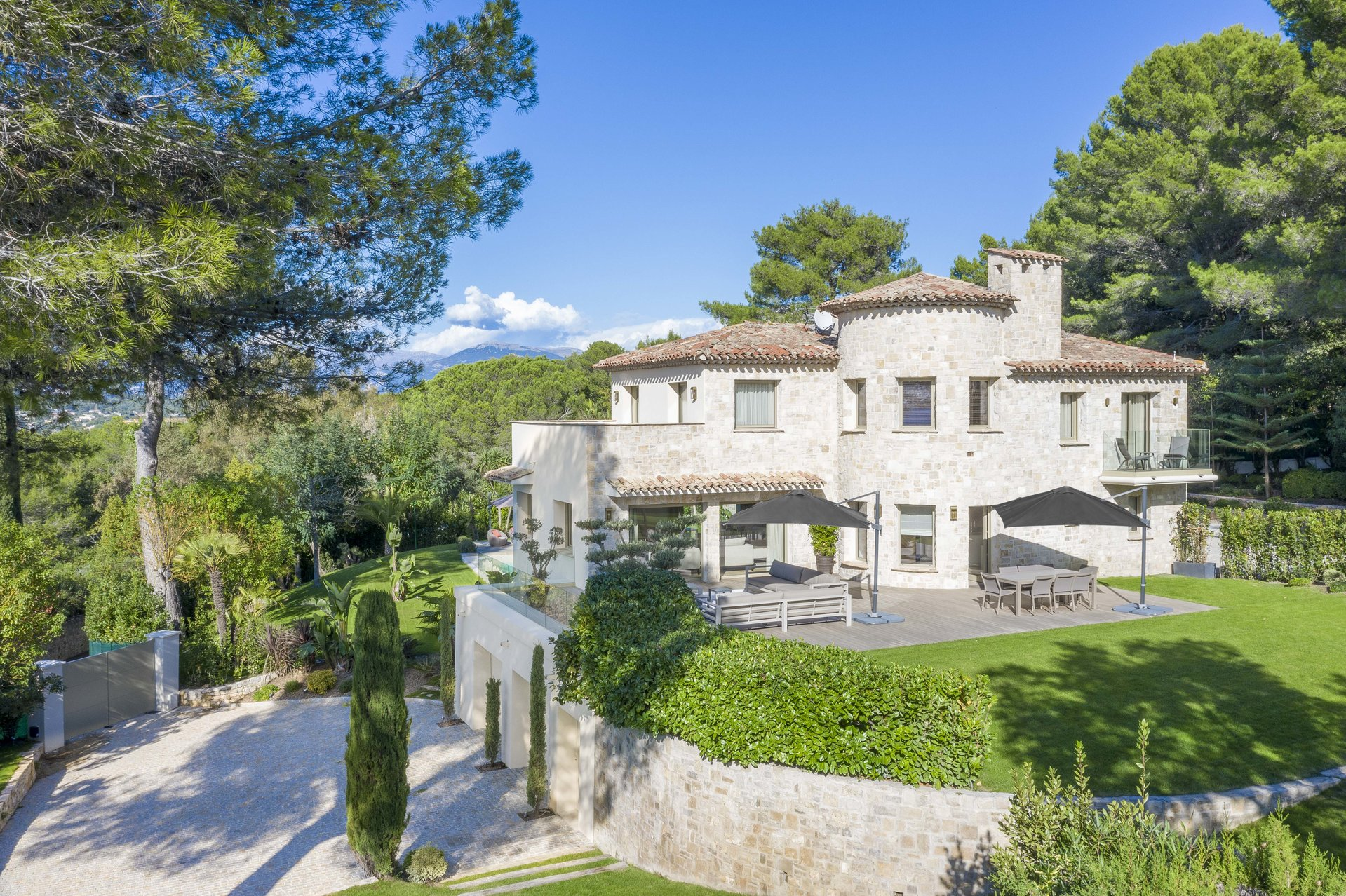 MOUGINS- MAGNIFICENT RENOVATED PROPERTY - PRIVATE ESTATE