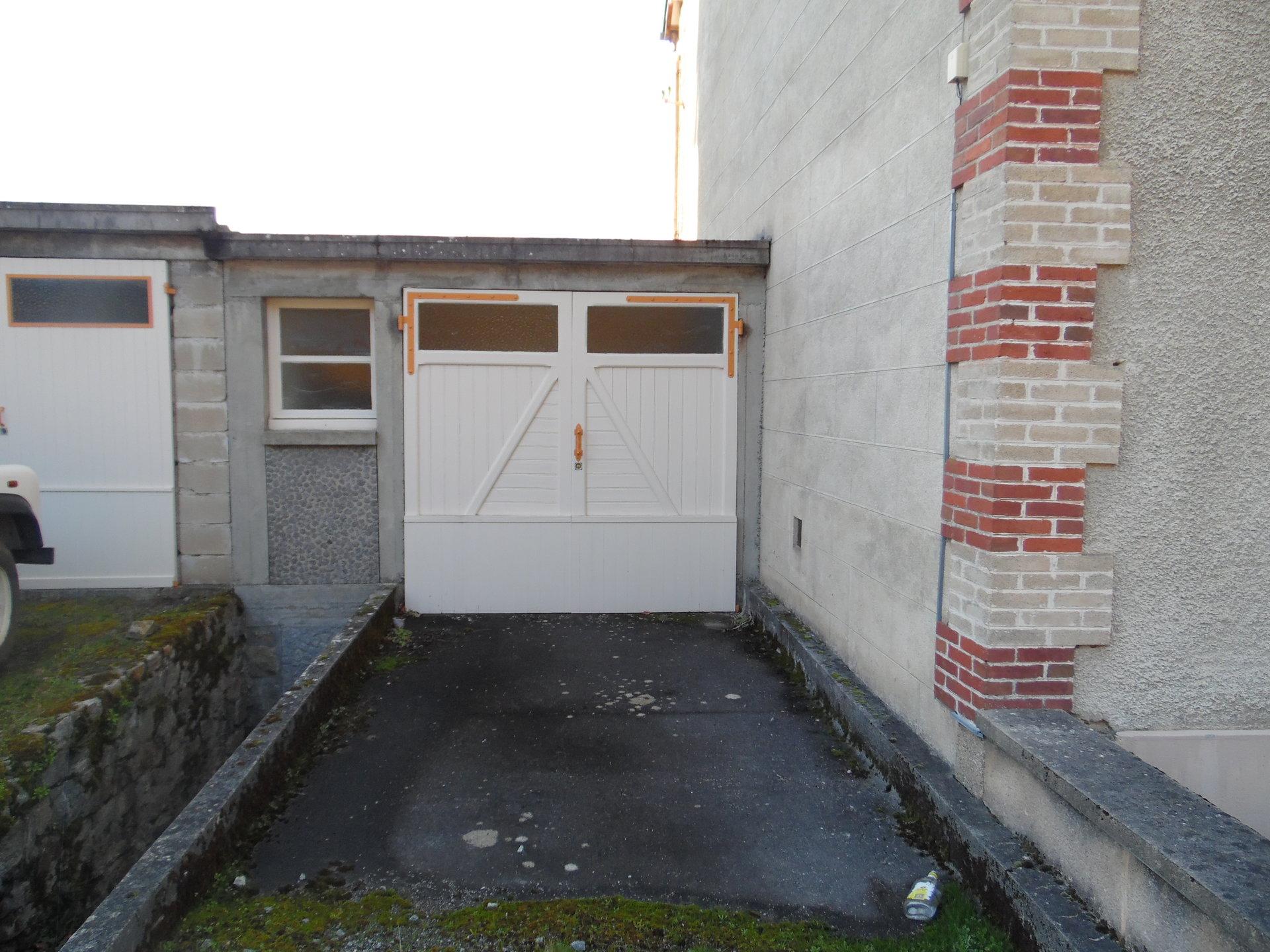 A vendre en Creuse, maison spacieuse, appartement et jardin.