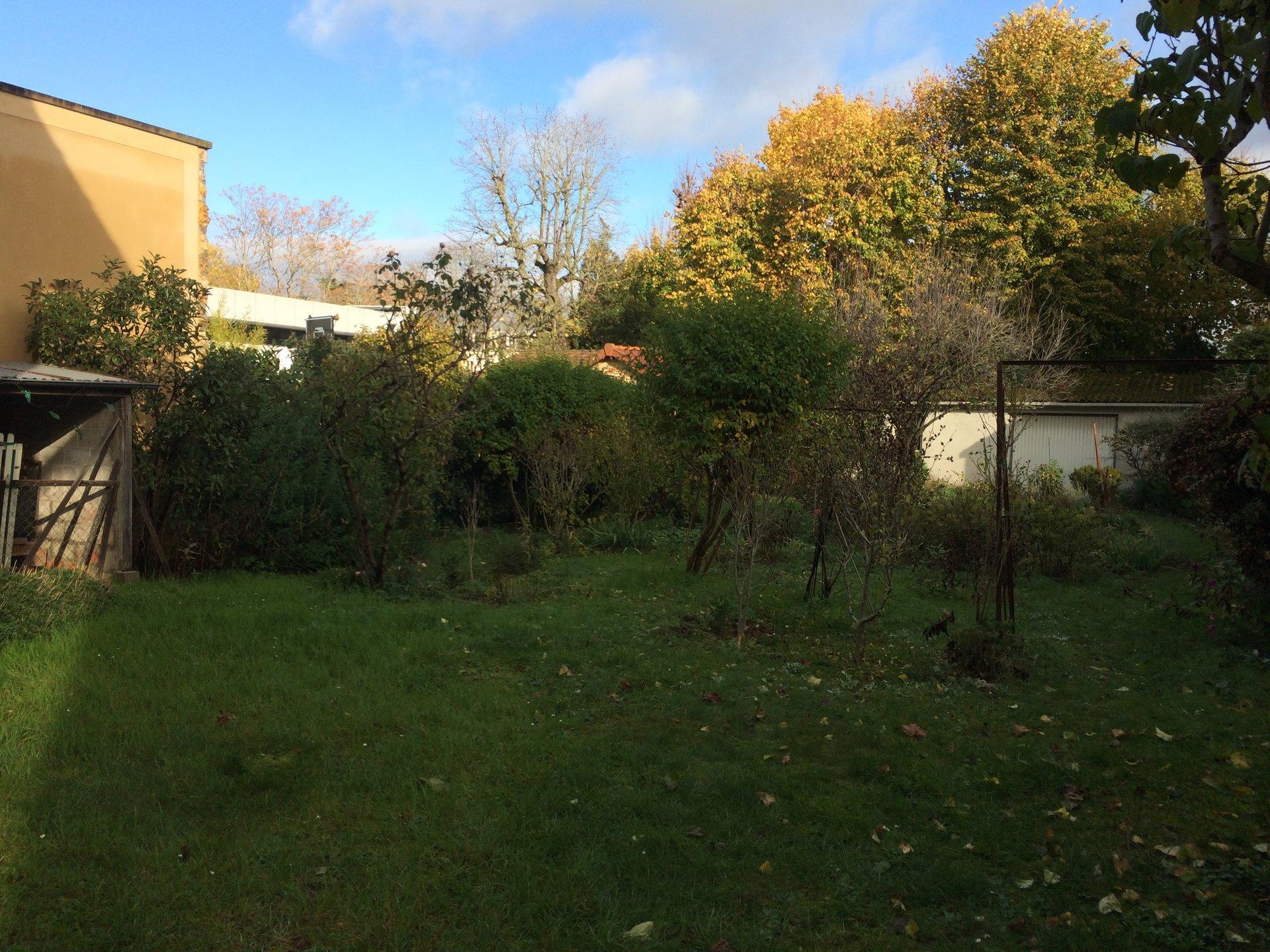 Exclusivité bas de Chatou, maison ancienne avec jardin.