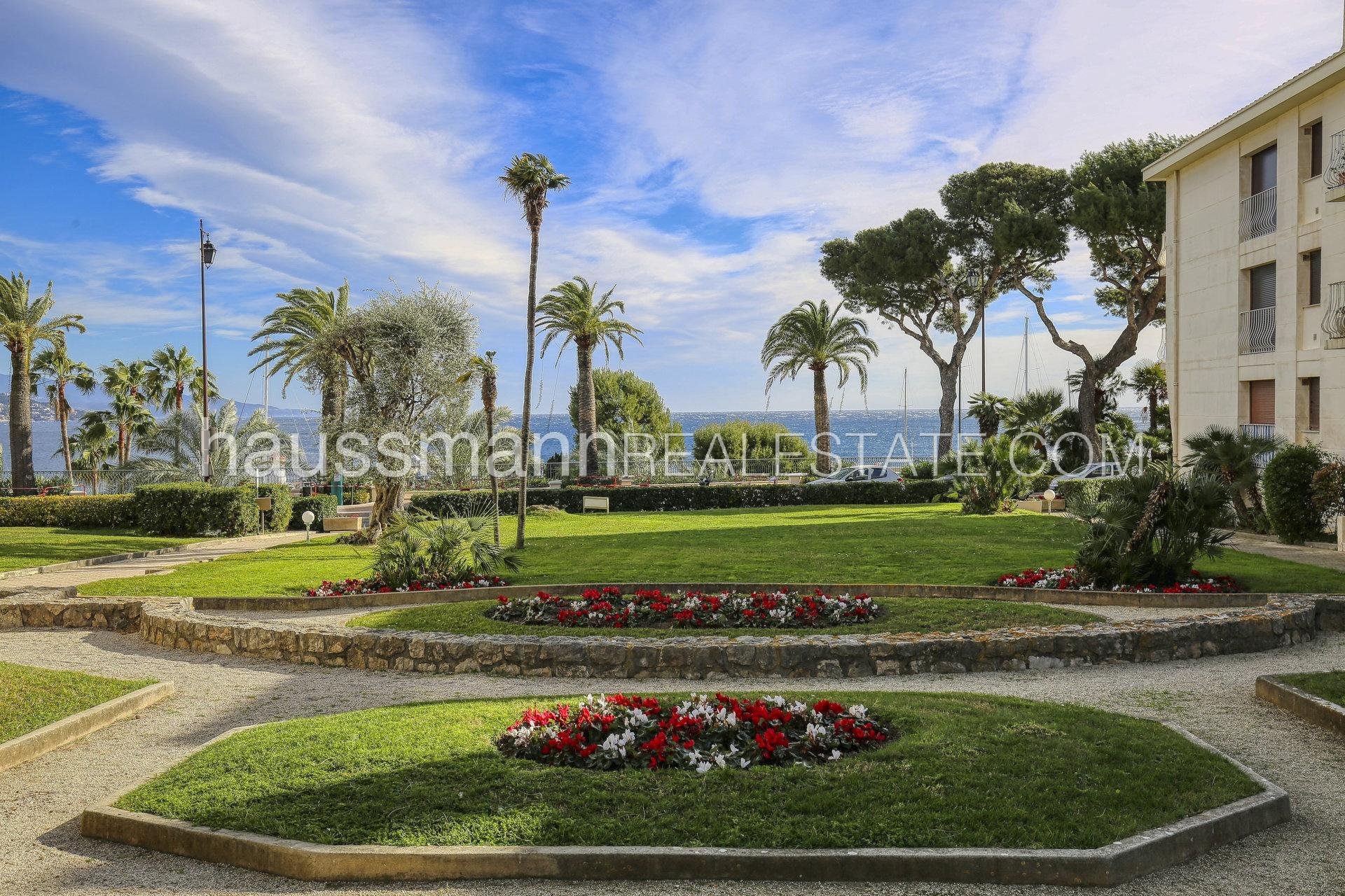 Near beaches and shops, 2 bedrooms apartment
