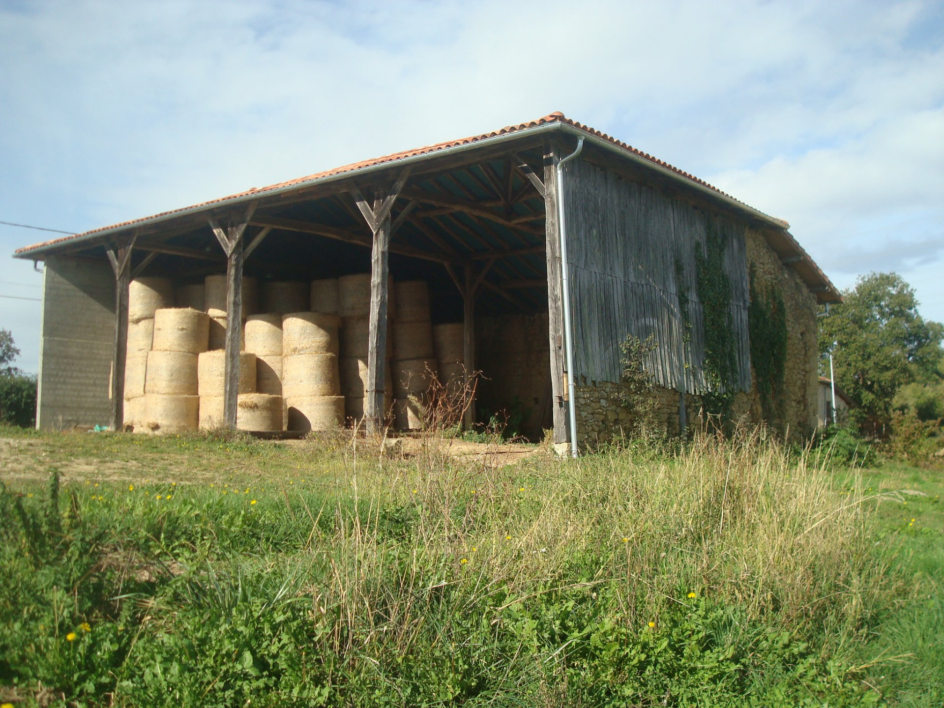 Close to Aurignac lovely barn with new roof to convert