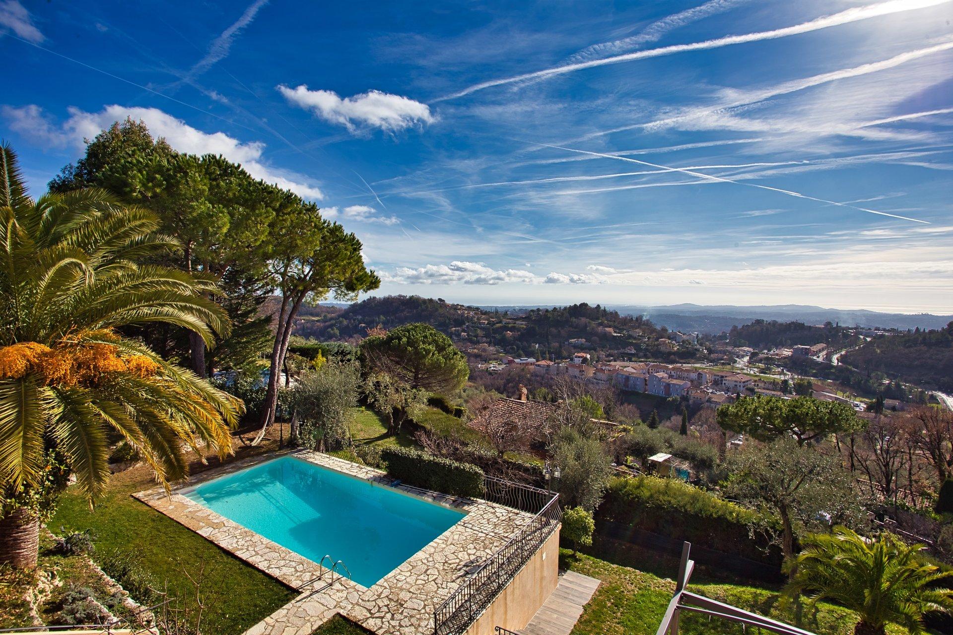 Vendesi villa familiare di grandi dimensioni con vista mare e piscina