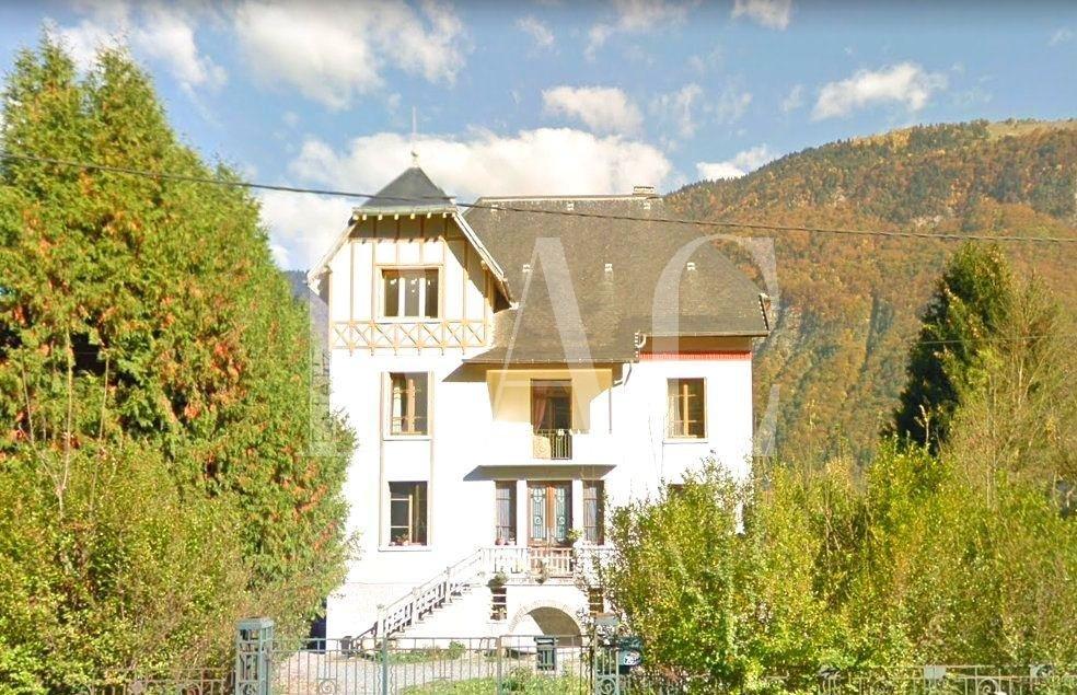 Magnifique maison de Maitre, au pied de l'Alpe d'Huez, fort potentiel sur un terrain plat de 6800 m², vue sur montagnes
