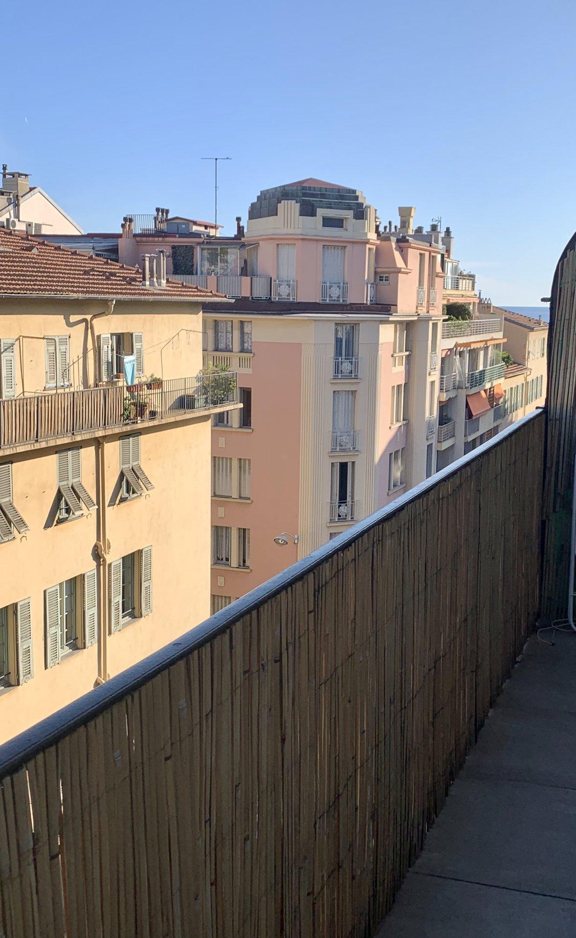 Nice Port 2 Pièces rénové en dernier étage avec balcon