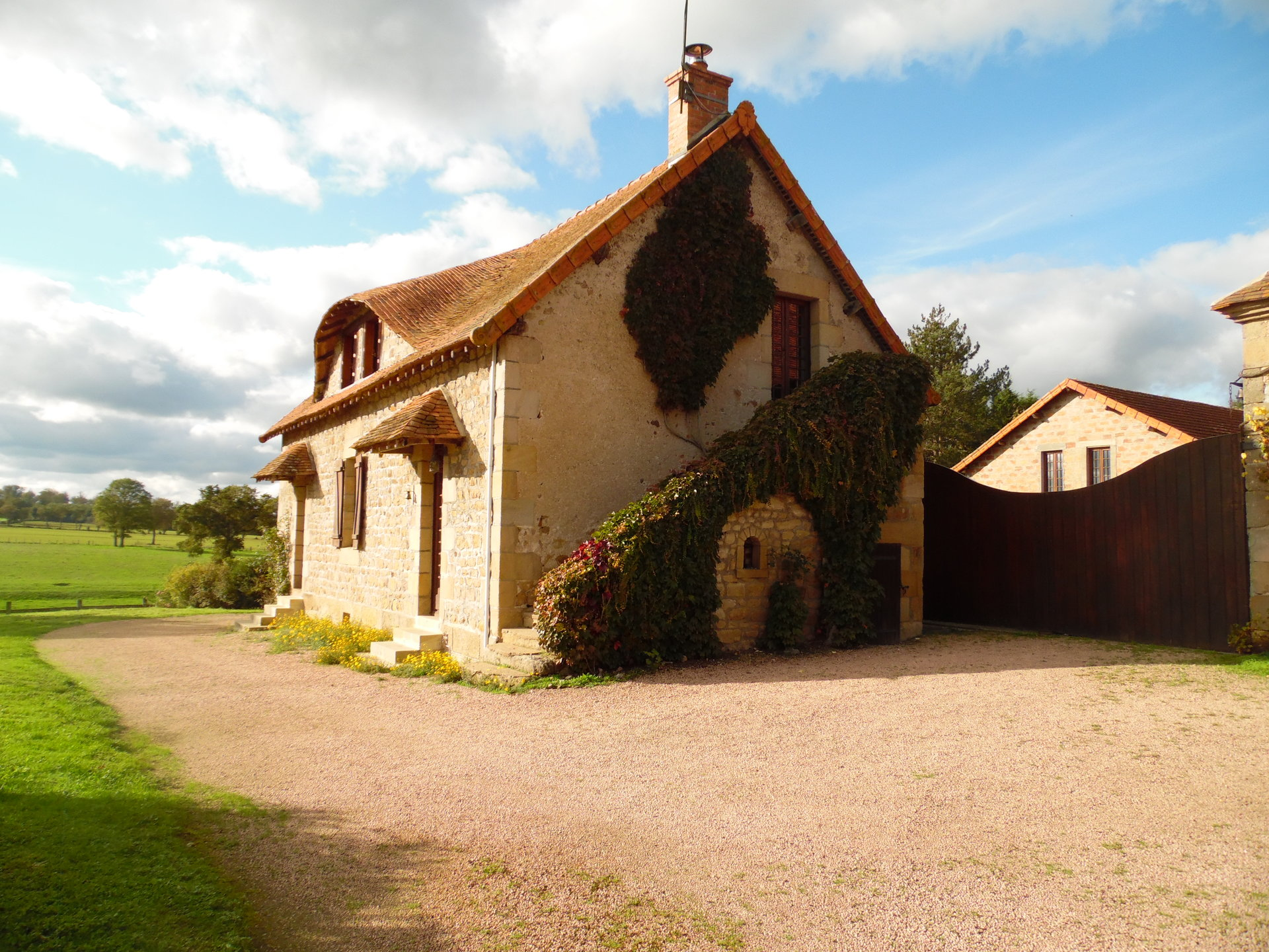 For sale in Allier house, gîte, barns and plot of 20 acres