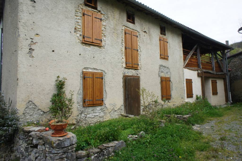 For lovers of stone buildings, 4 bedroom farmhouse in Castelbiague