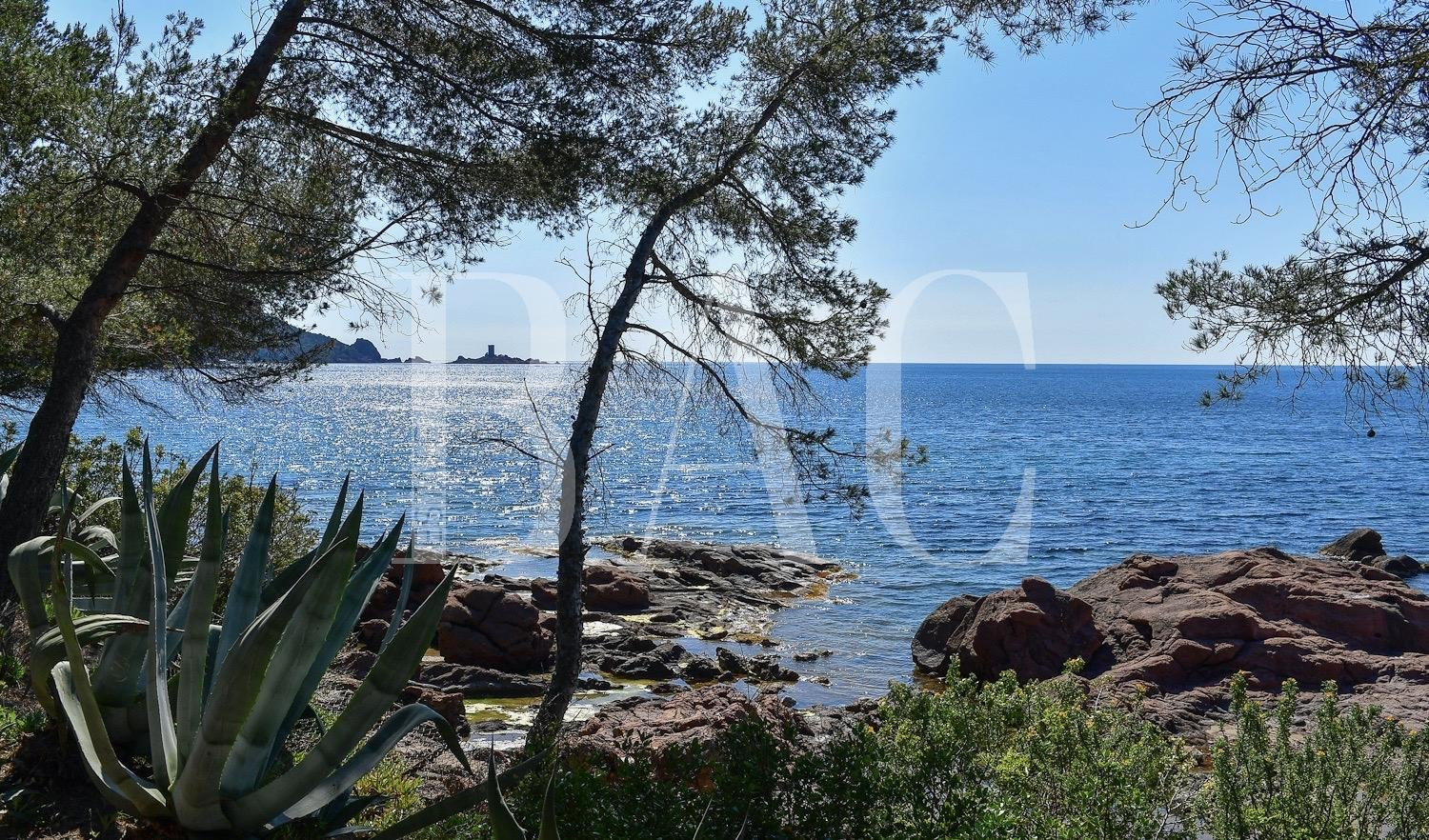 Saint-Raphaël, project feet in the water of exception halfway between Saint-Tropez and Cannes.