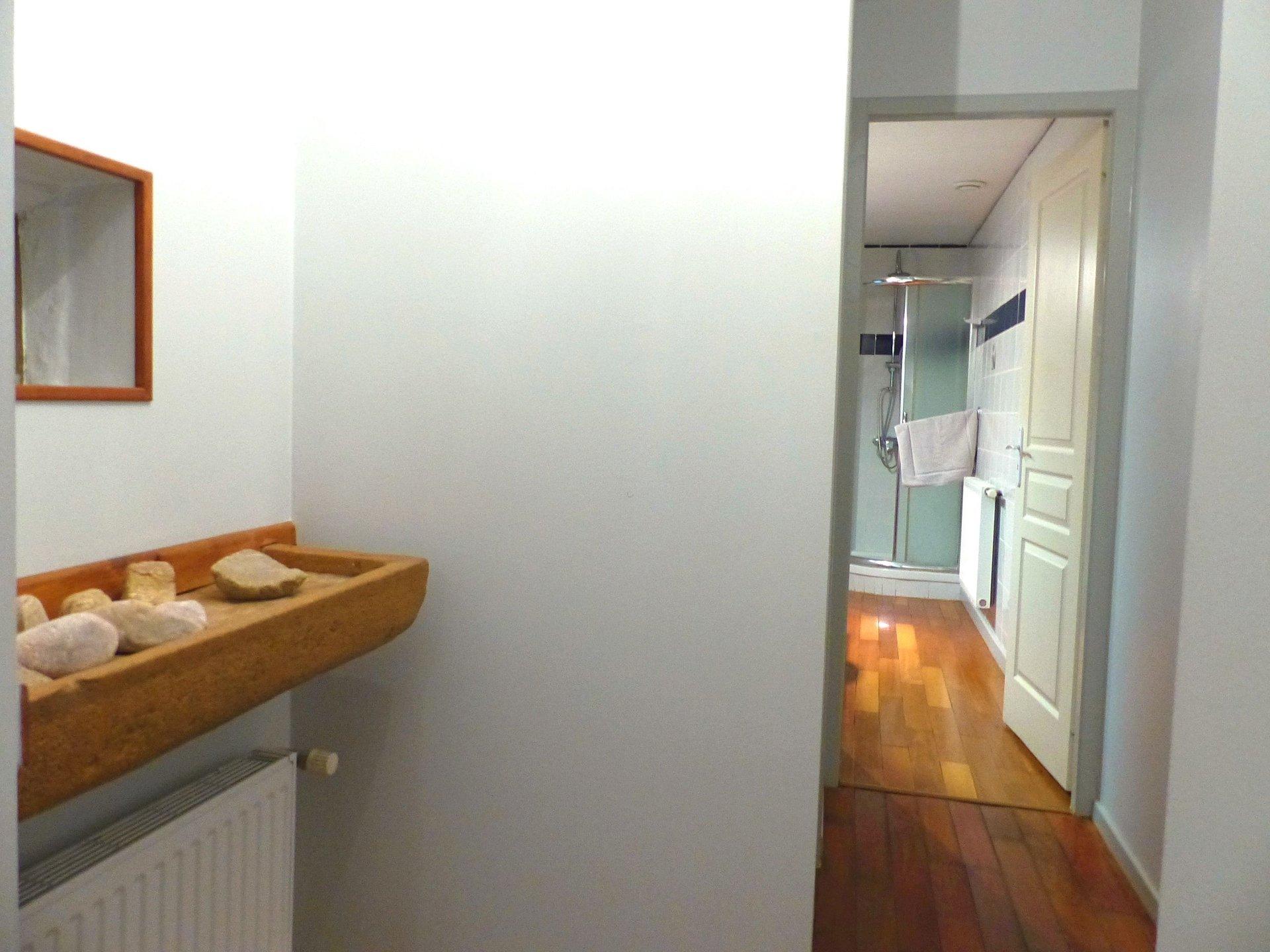 Mâcon, à deux pas des commerces et commodités, dans une petite copropriété en pierre, découvrez ce bel appartement rénové d'une surface de 79 m² avec une grande cave voûtée. Il dispose d'une vaste pièce de vie avec cuisine équipée, d'un grand dégagement avec placards, d'une chambre donnant sur cour, d'un bureau, d'une salle d'eau et d'un toilette séparé. Beaucoup de charme pour cet appartement soigneusement entretenu et en très bon état. Pas de travaux à prévoir. Bien soumis au régime de la copropriété ( 7 lots - charges : 83 euros/mois). Honoraires à la charge du vendeur.