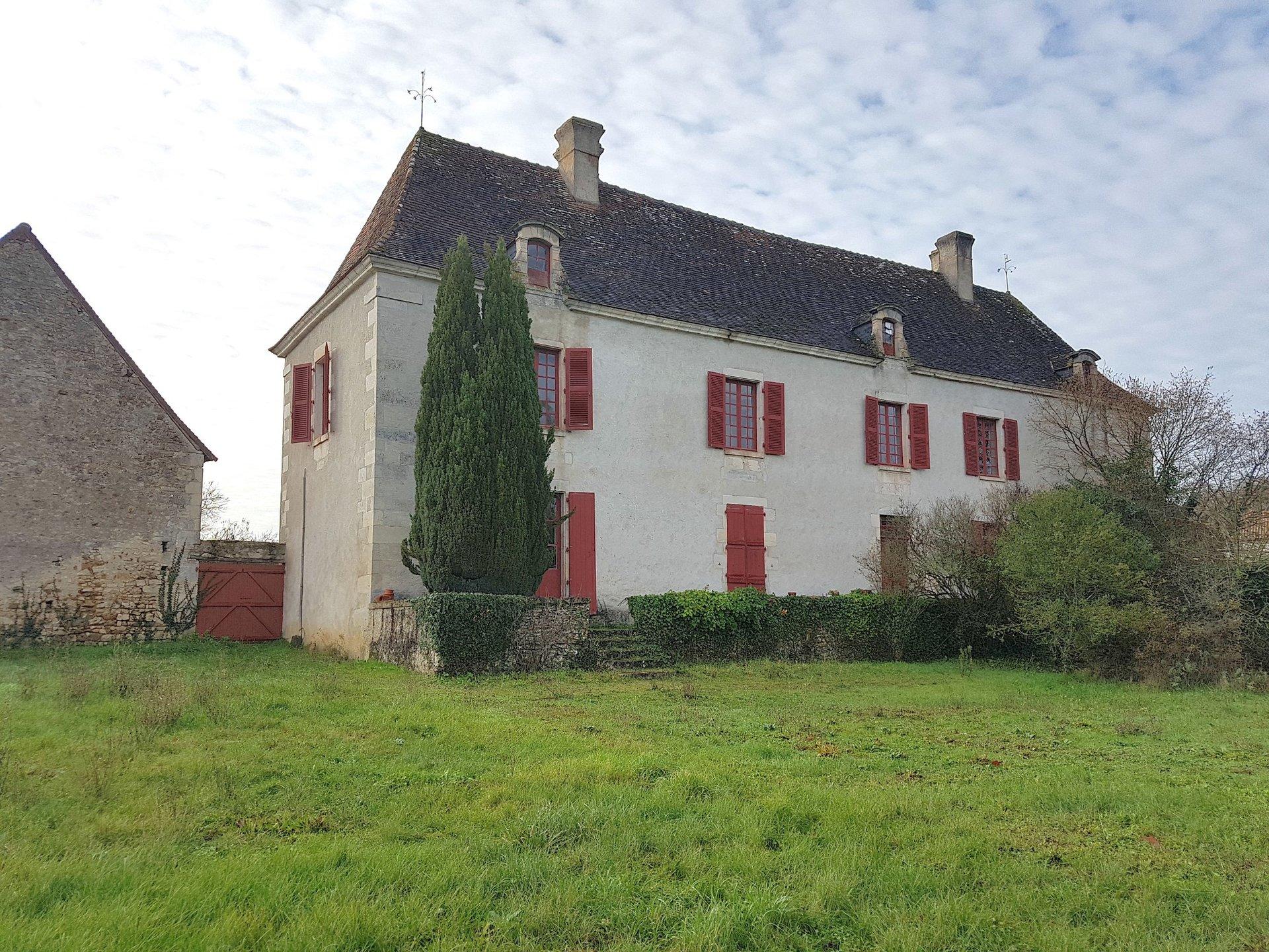Proche Saint Savin, Vienne 86: propriété sur un hectare