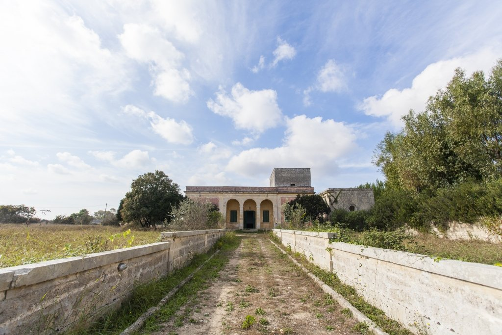 Traditional country villa in Lecce with surrounding land