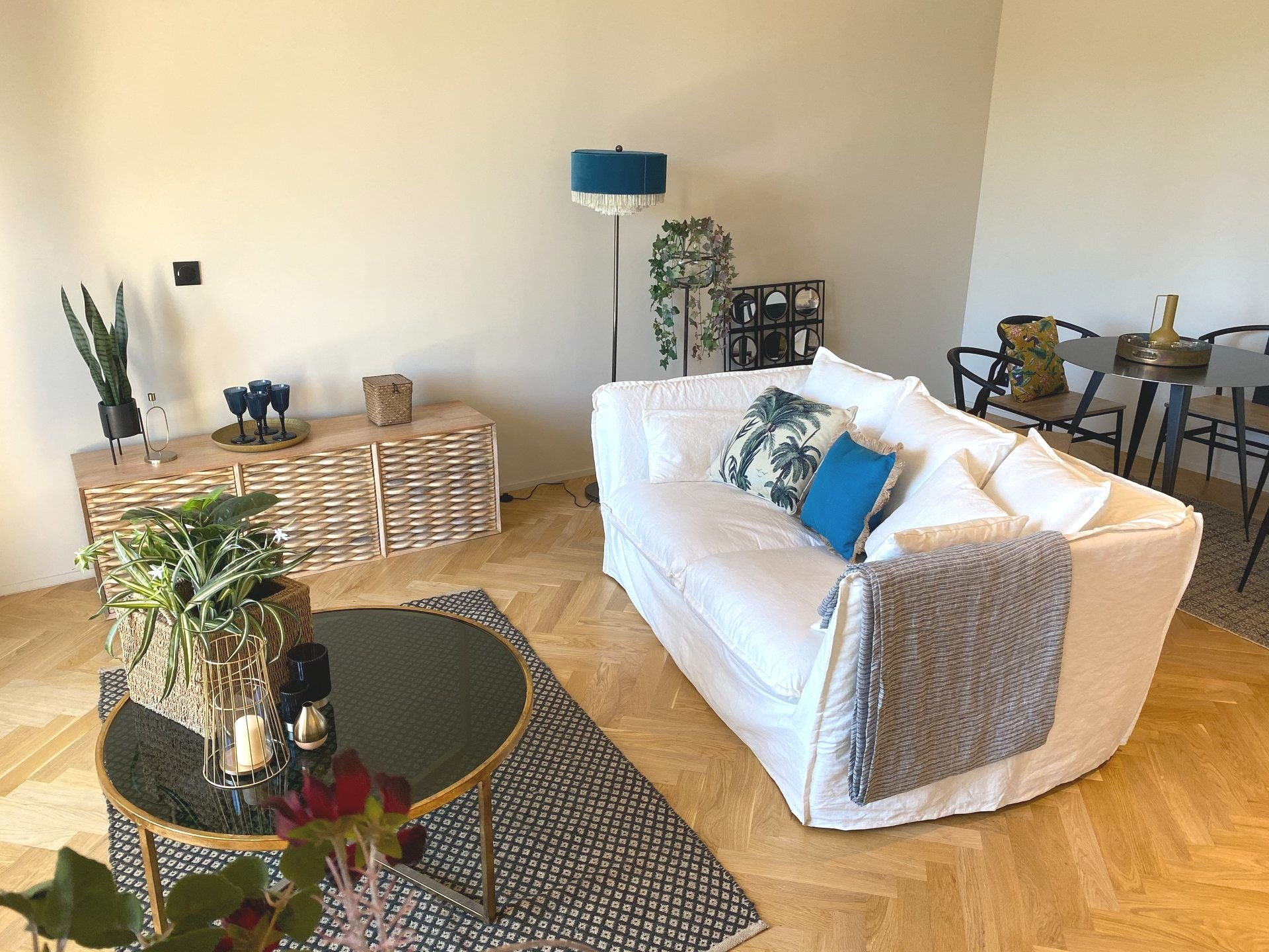 NICE GOLDEN SQUARE -  Stunning 1 bedroom