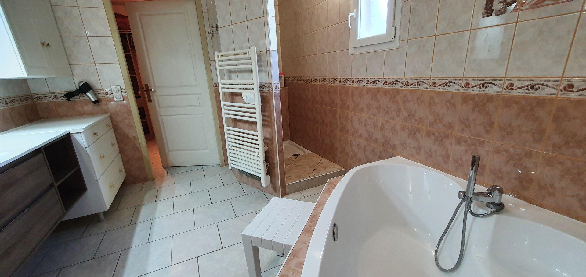 villa avec 2 gites et  chambres d'hotes.