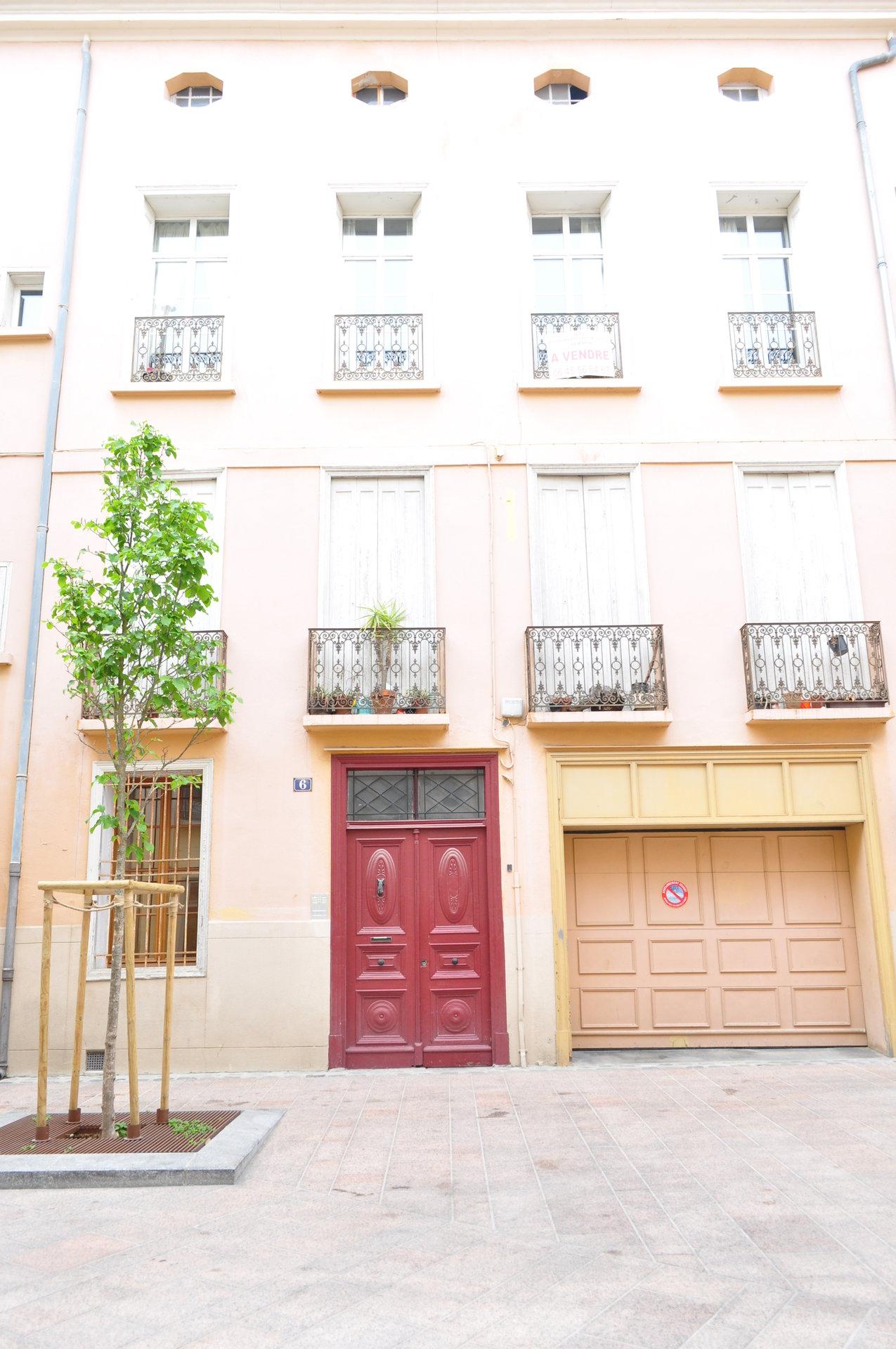 Perpignan centre-ville, très bel appartement bourgeois de standing avec très grand garage et dépendances.