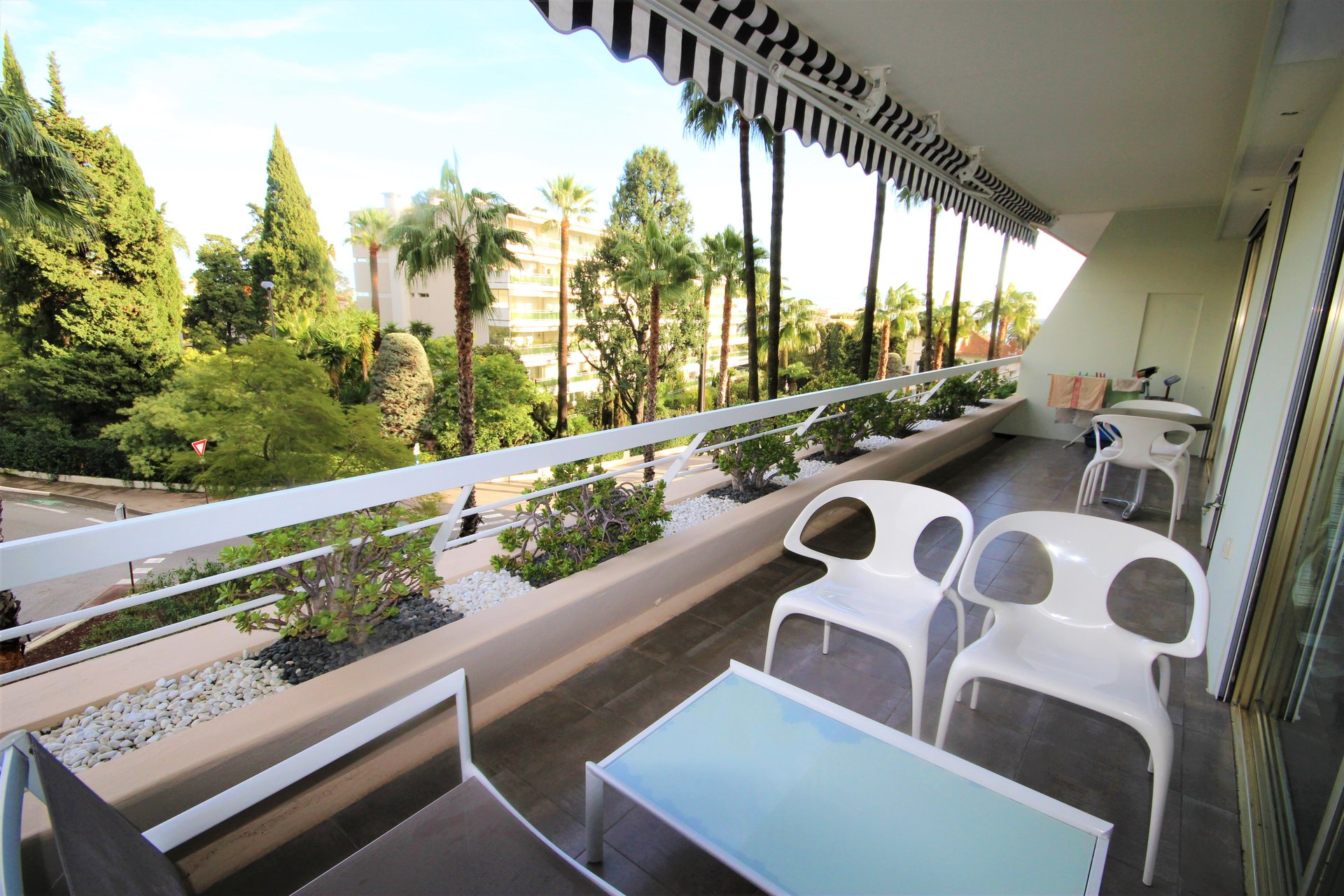 CANNES SALE TWO-ROOM APARTMENT NEAR BEACH