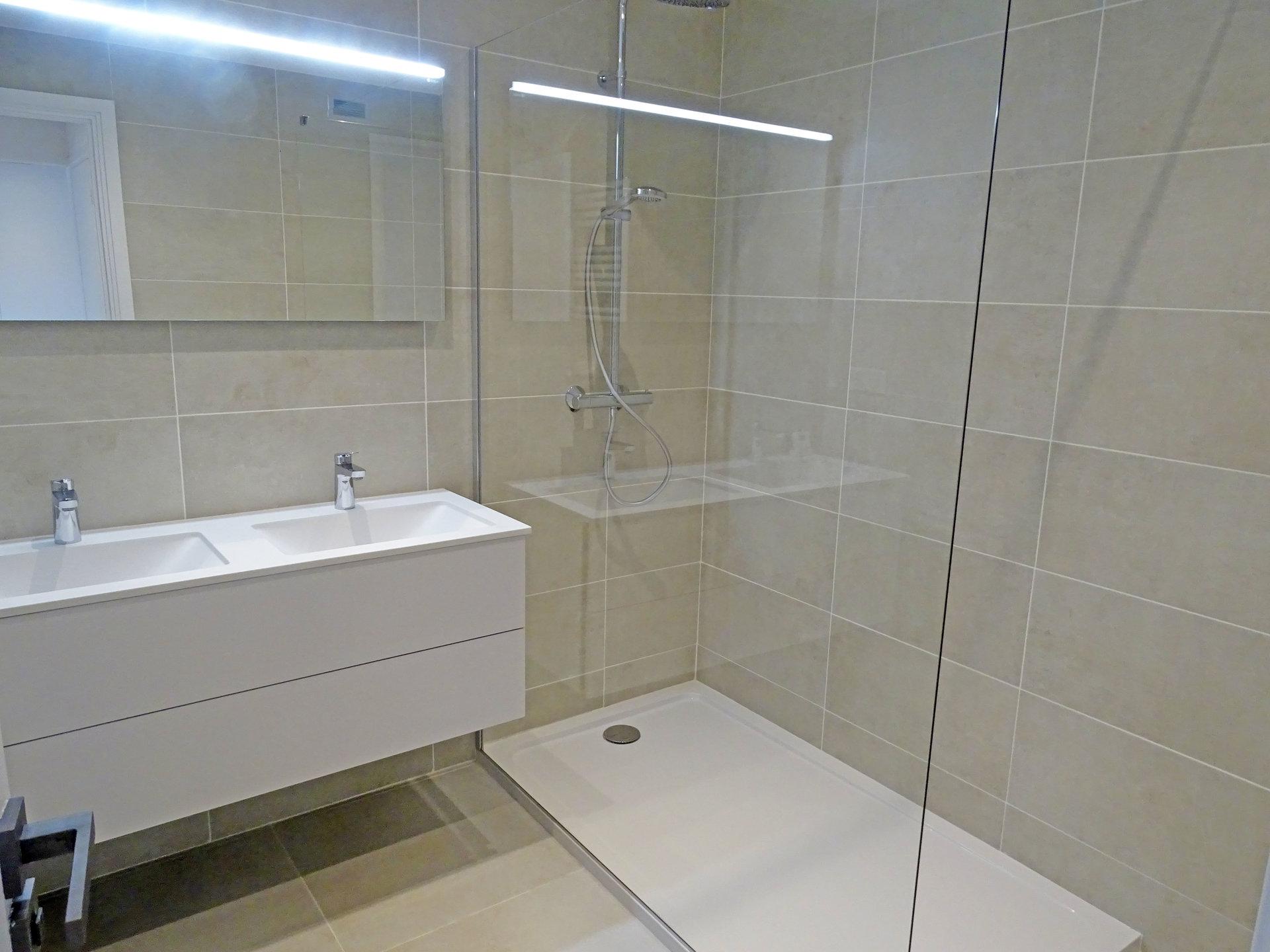 Appartement 2 pièces Cannes Palm Beach salle de douche à l'Italienne